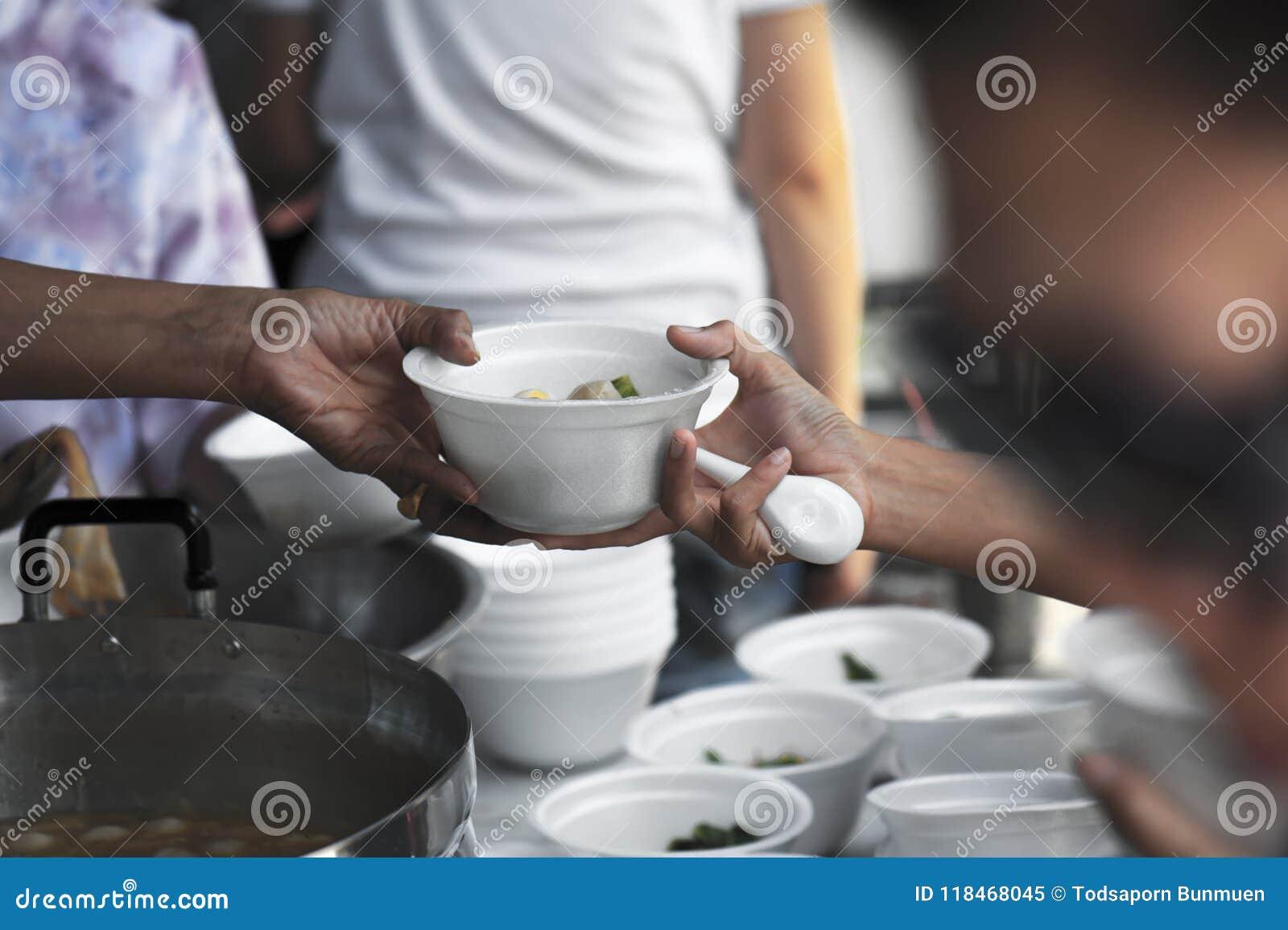 Hjälp med matning av hemlöst folk för att lätta hunger Armodbegrepp