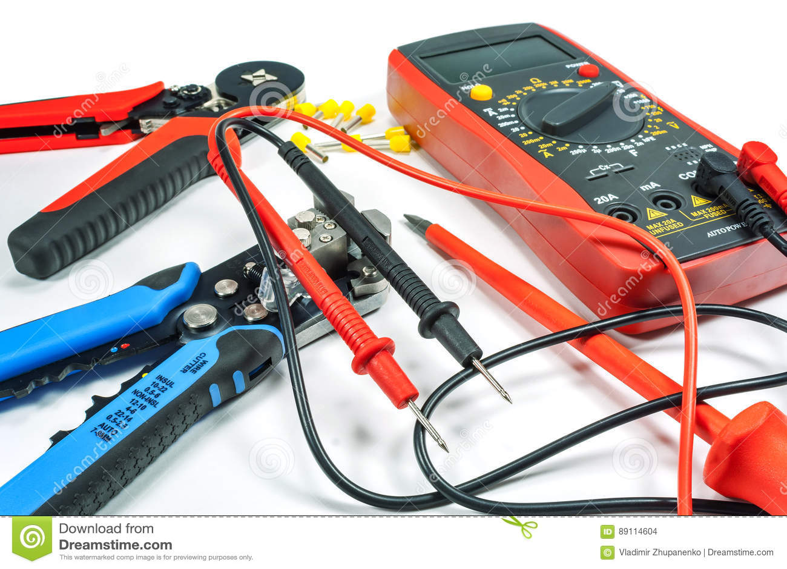 Hjälpmedel och utrustning för elektriskt arbete på en vit bakgrund