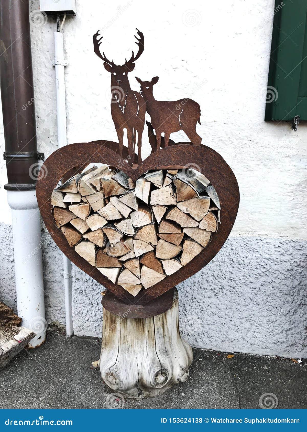 Hjärta-formad vedträlagringsask som dekoreras av hjort-formad konst i Tyskland
