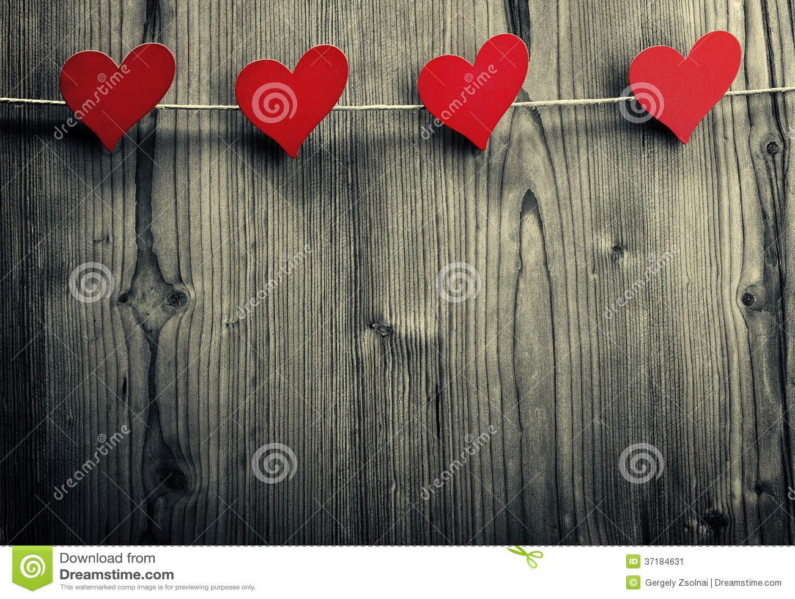 Hjärta-formade gem hänger på repet, valentins dag, förälskelsetapet