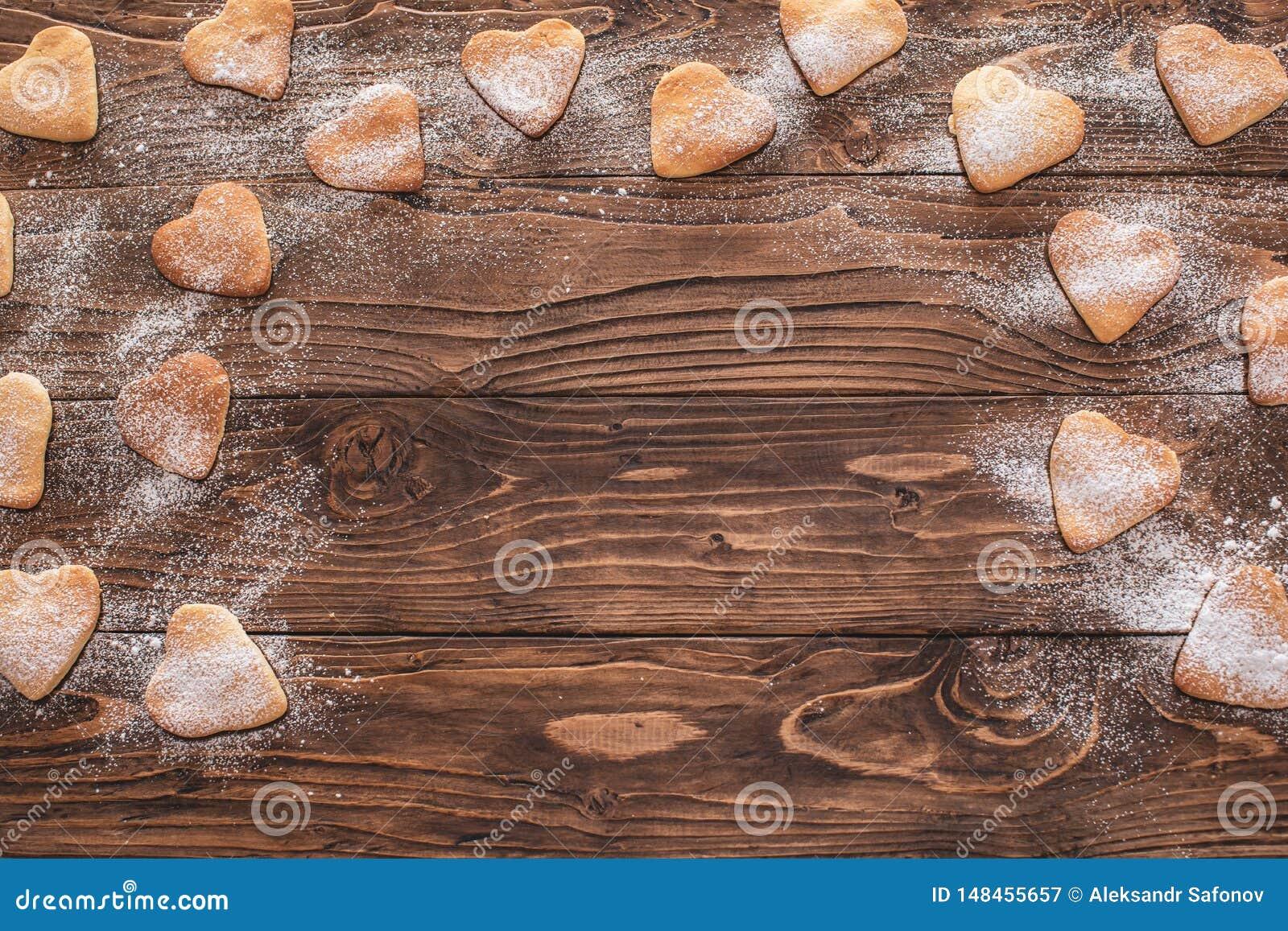 Hjärta-formade kakor som strilas med socker