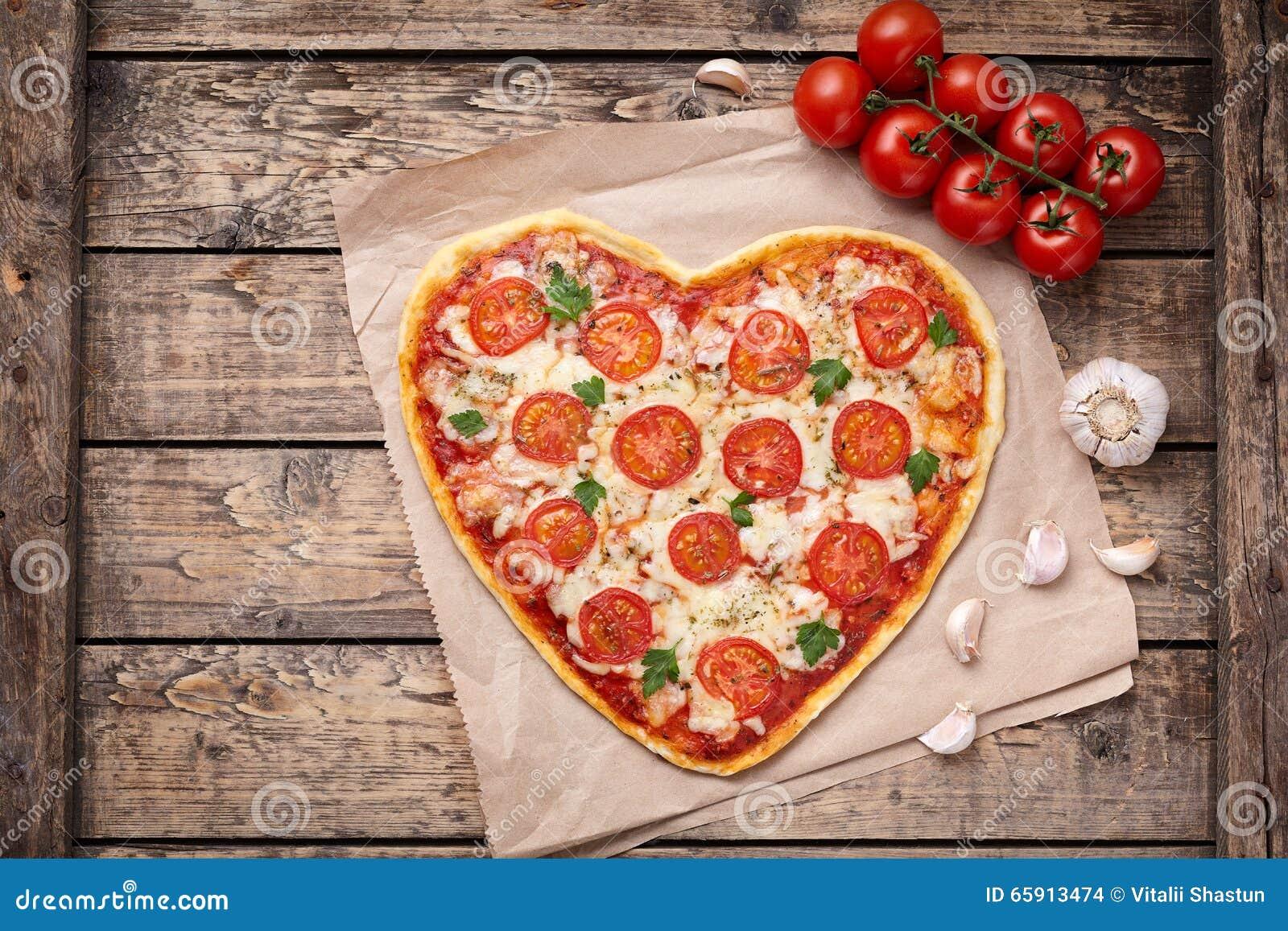Hjärta format symbol för mat för pizzamargheritaförälskelse med mozzarellaen, tomater, persilja och vitlöksammansättning på klipp