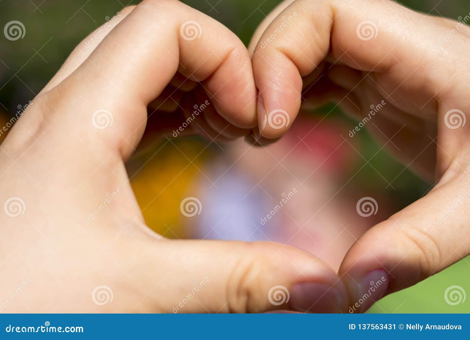 Hjärta gjorde med händer för förälskelse
