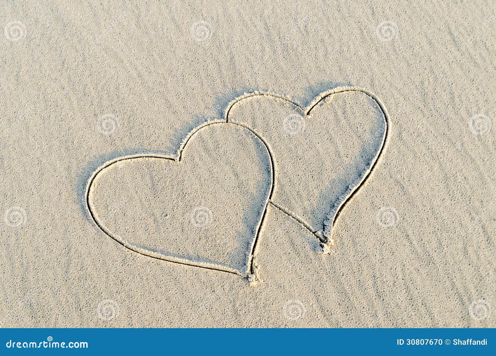 Hjärta som dras på sand