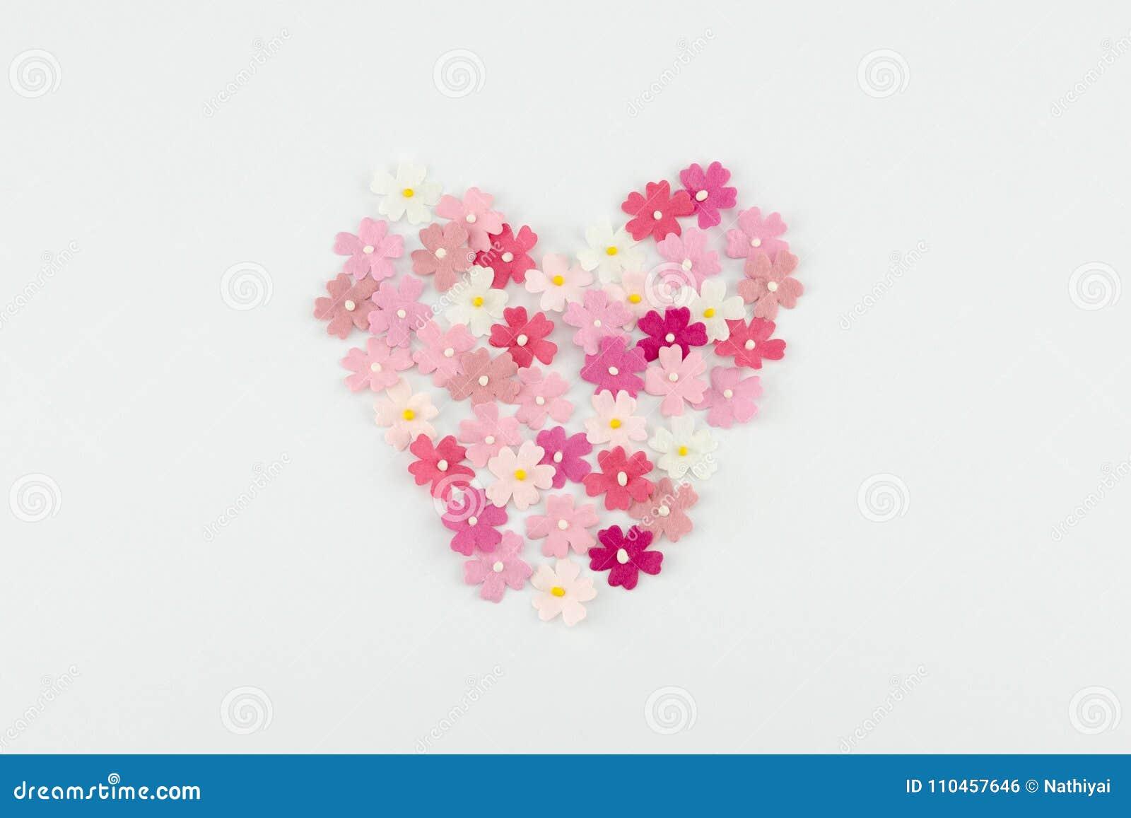Hjärtaform som göras från rosa pappers- blommor