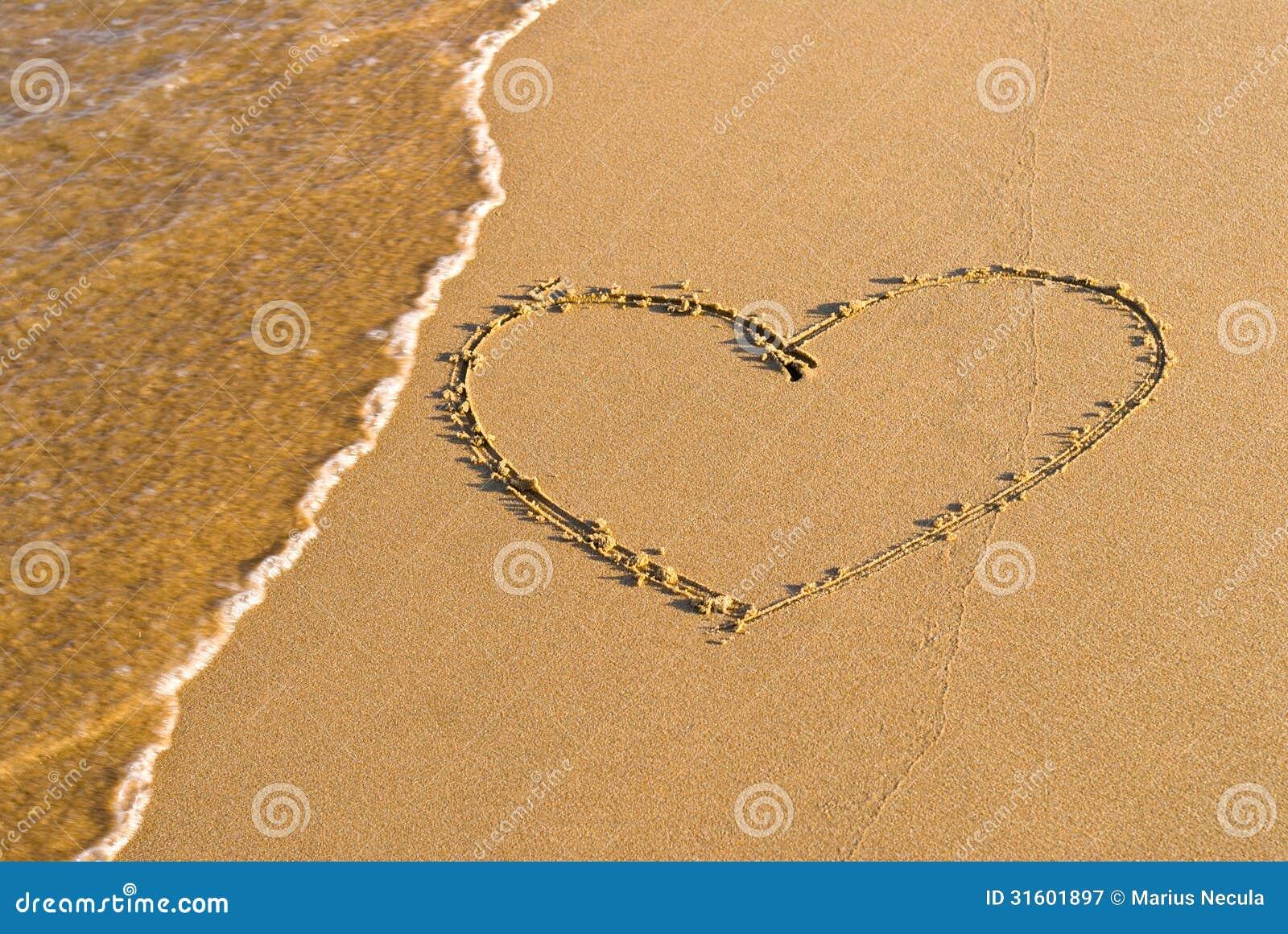Hjärtaformteckning i sanden