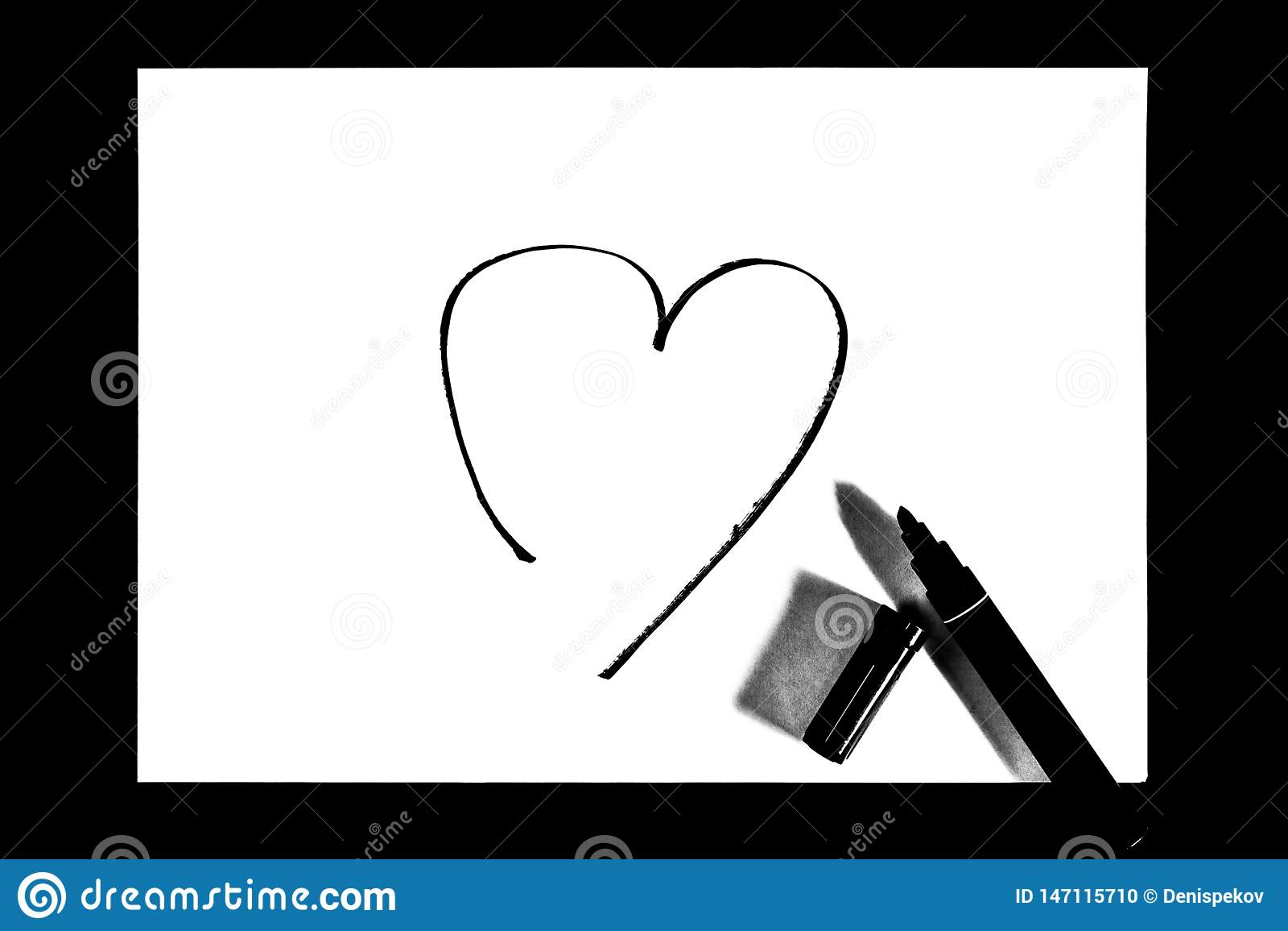 Hjärtan målas med markören, svartvitt foto