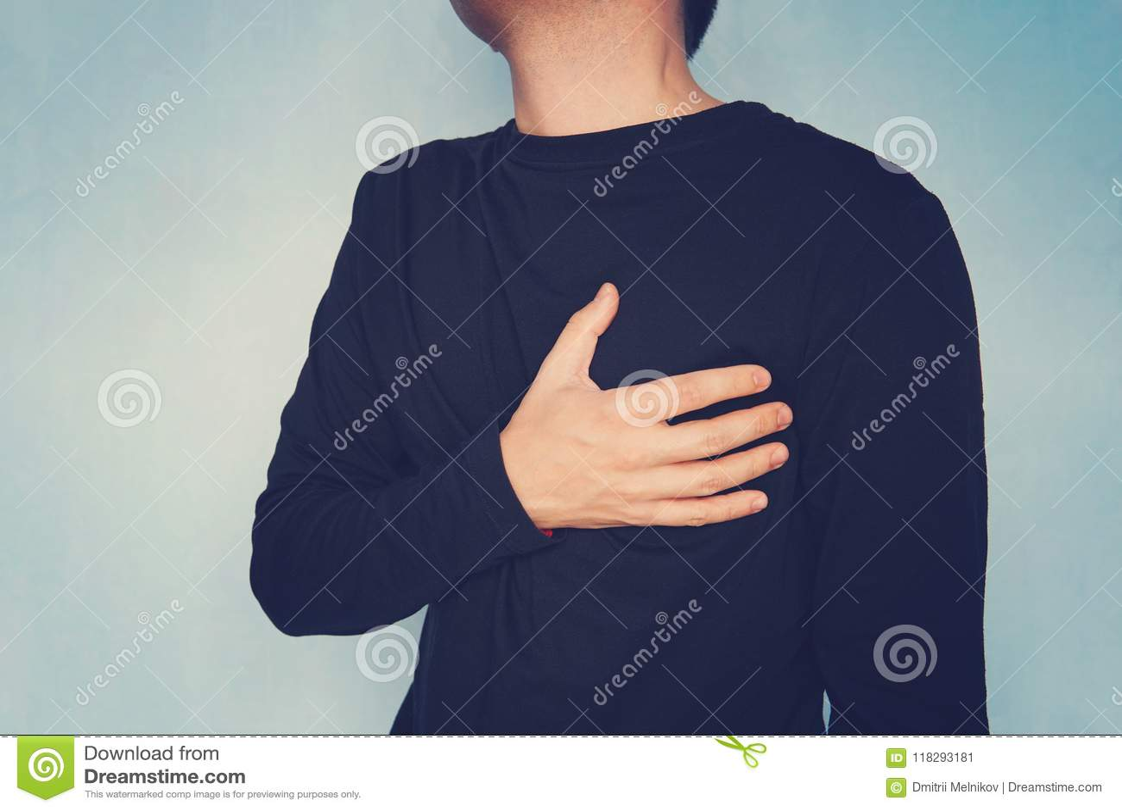Hjärtesorgen manlidande från bröstkorg smärtar och att ha hjärtinfarkt eller smärtsamma kramper som trycker på på bröstkorg med s