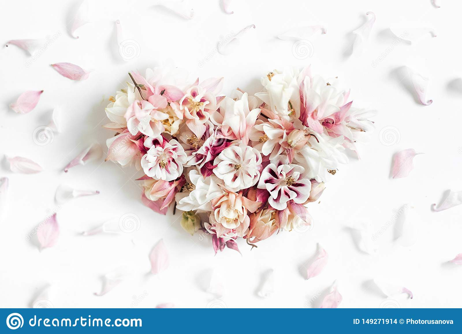 Hj?rtaform som g?ras av blommor p? vit bakgrund