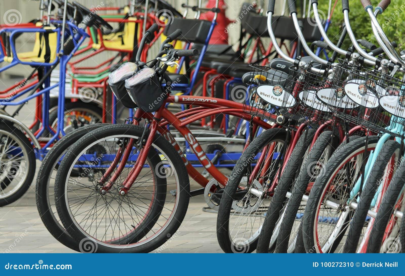 Hjul av den uthyrnings- ställningen för rolig cykel, den Marriott markisen och marina