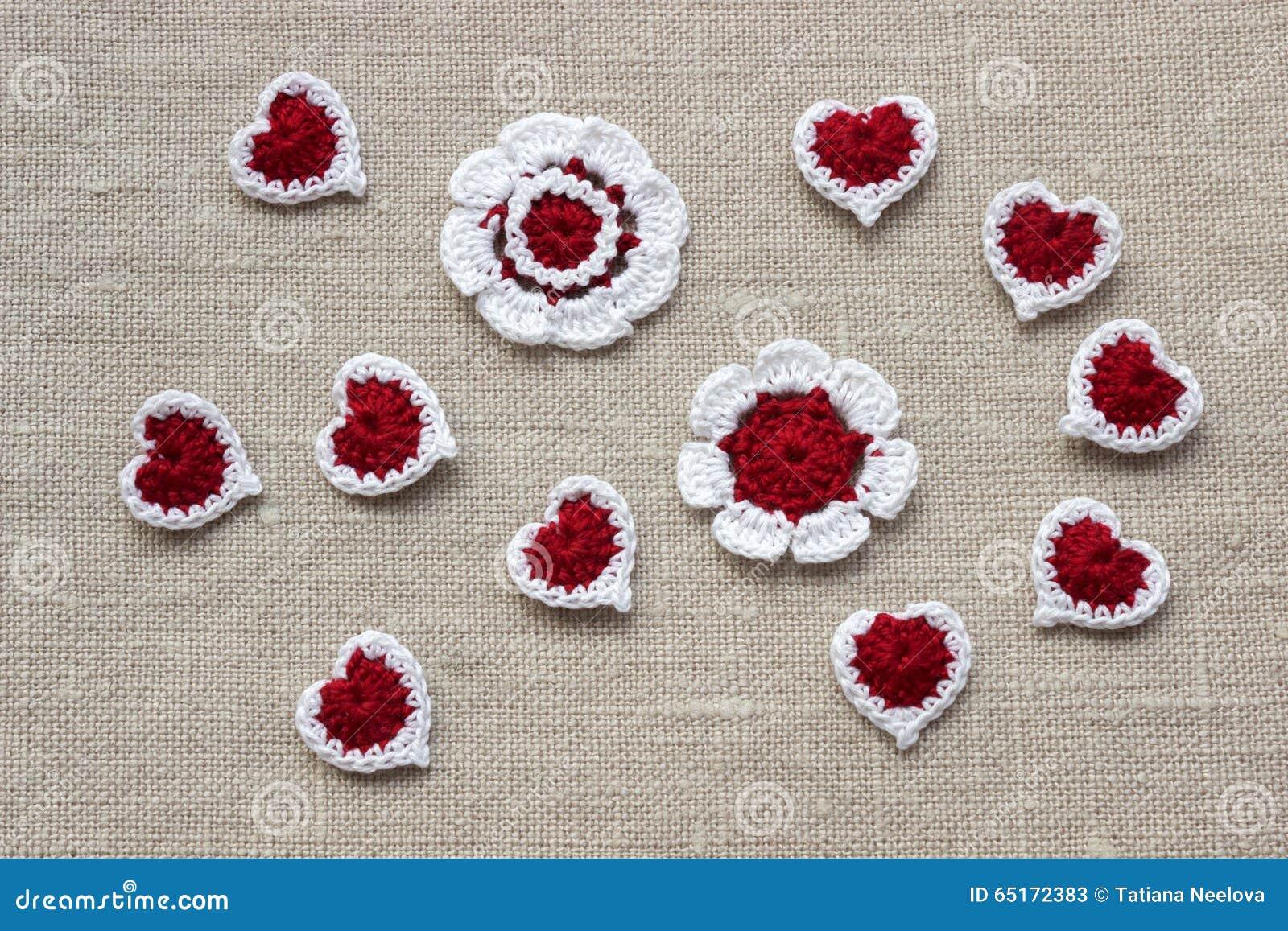 h keln sie gestrickte blumen und herzen f r valentinsgru tag stockfoto bild 65172383. Black Bedroom Furniture Sets. Home Design Ideas