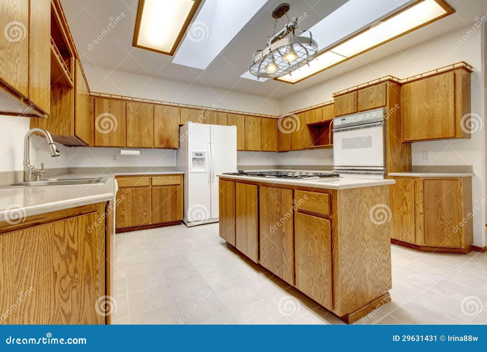Hölzerne küche mit insel ohne fenster mit heller leuchte ...
