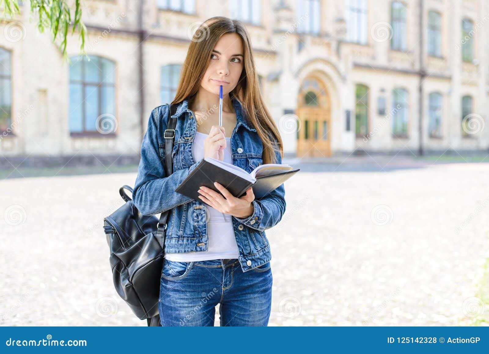 Hmm! Conceito das calças de brim do estilo de vida dos povos da inteligência Feche acima do retrato da foto da menina esperta int