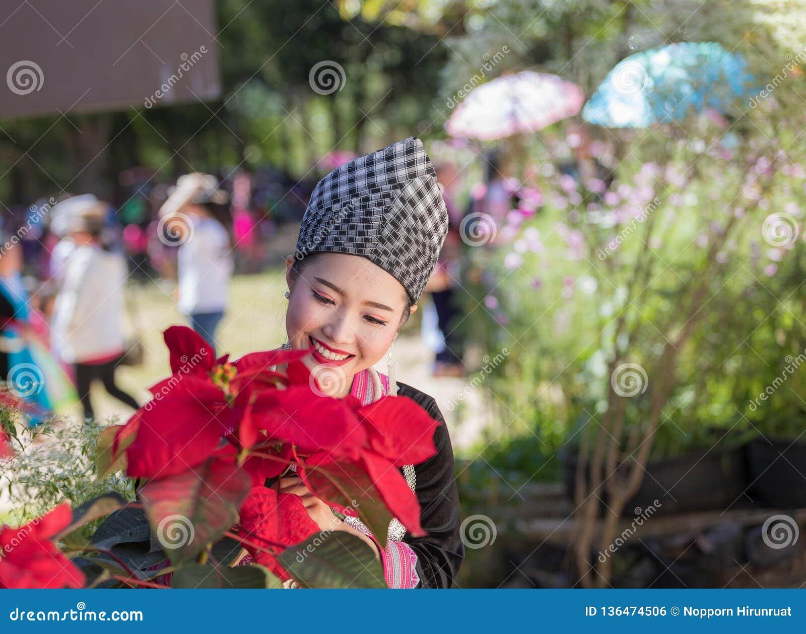 Hmong dziewczyna w piękny smokingowy kolorowym i moda mieszająca między kulturą nową i starą, jesteśmy handmade dla Hmong nowego