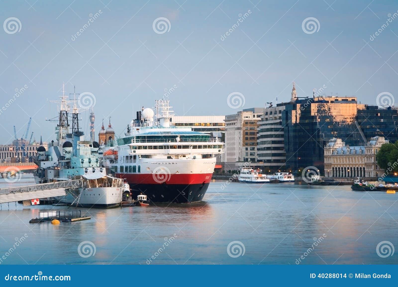 HMS Белфаст и туристическое судно, Лондон.