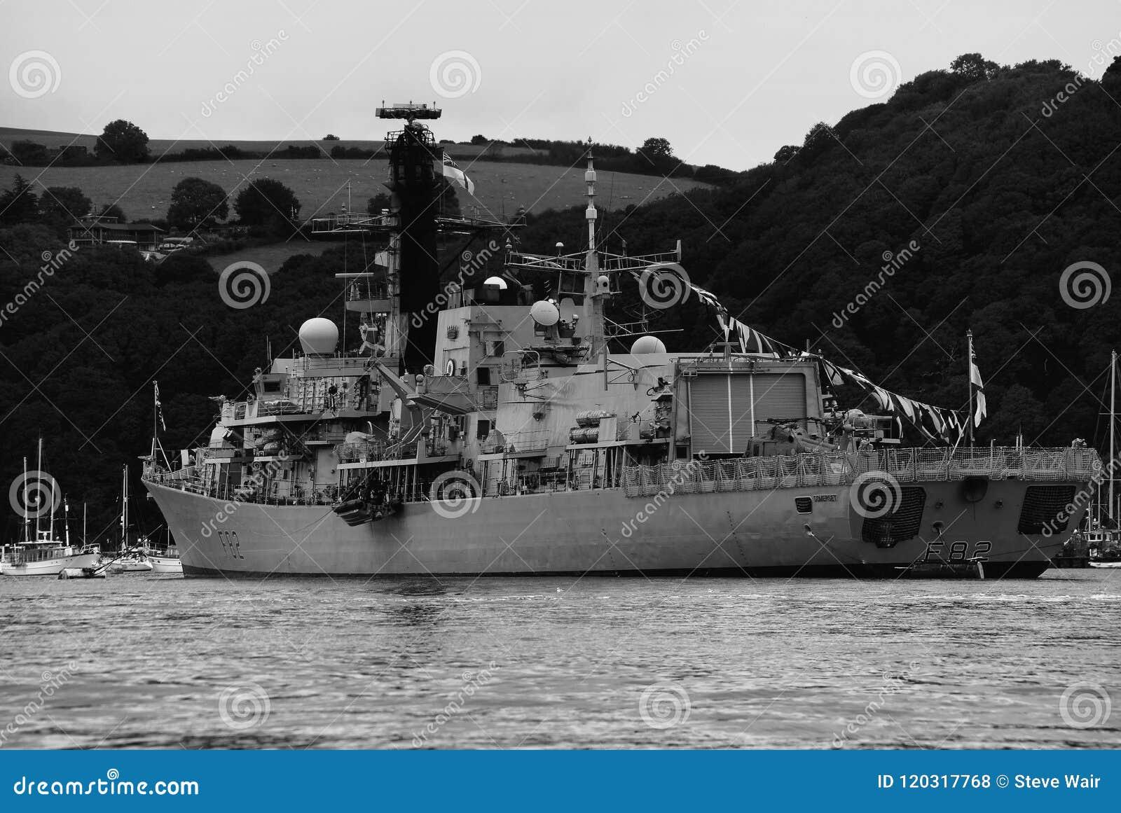 HMS Somerset förtöjde i flodpilen, Devon, England