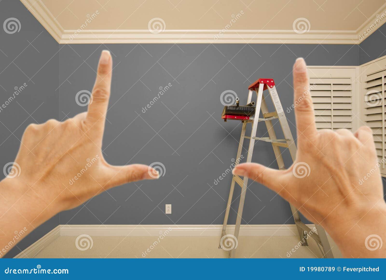 Hände, welche die graue gemalte wand innen gestalten lizenzfreie ...
