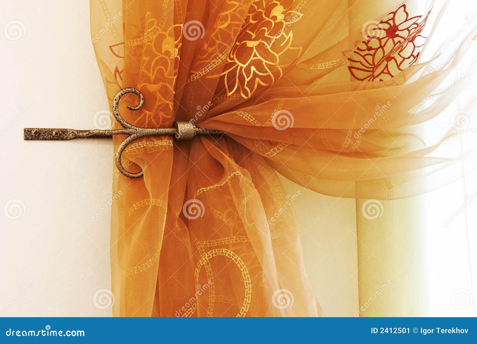 Hänger upp gardiner modernt fotografering för bildbyråer   bild ...