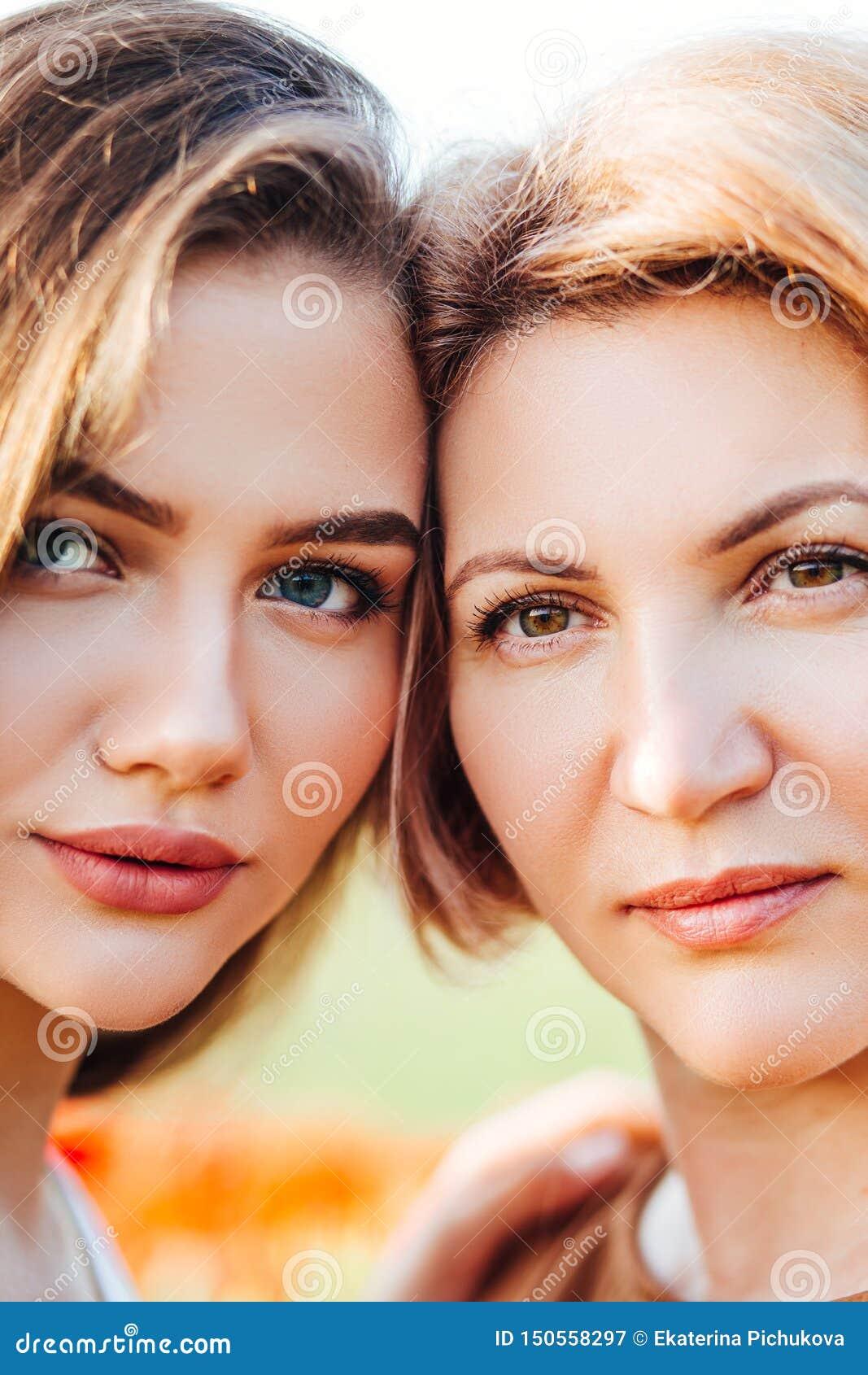 ?hnliche Portr?ts einer Mutter und der Tochter