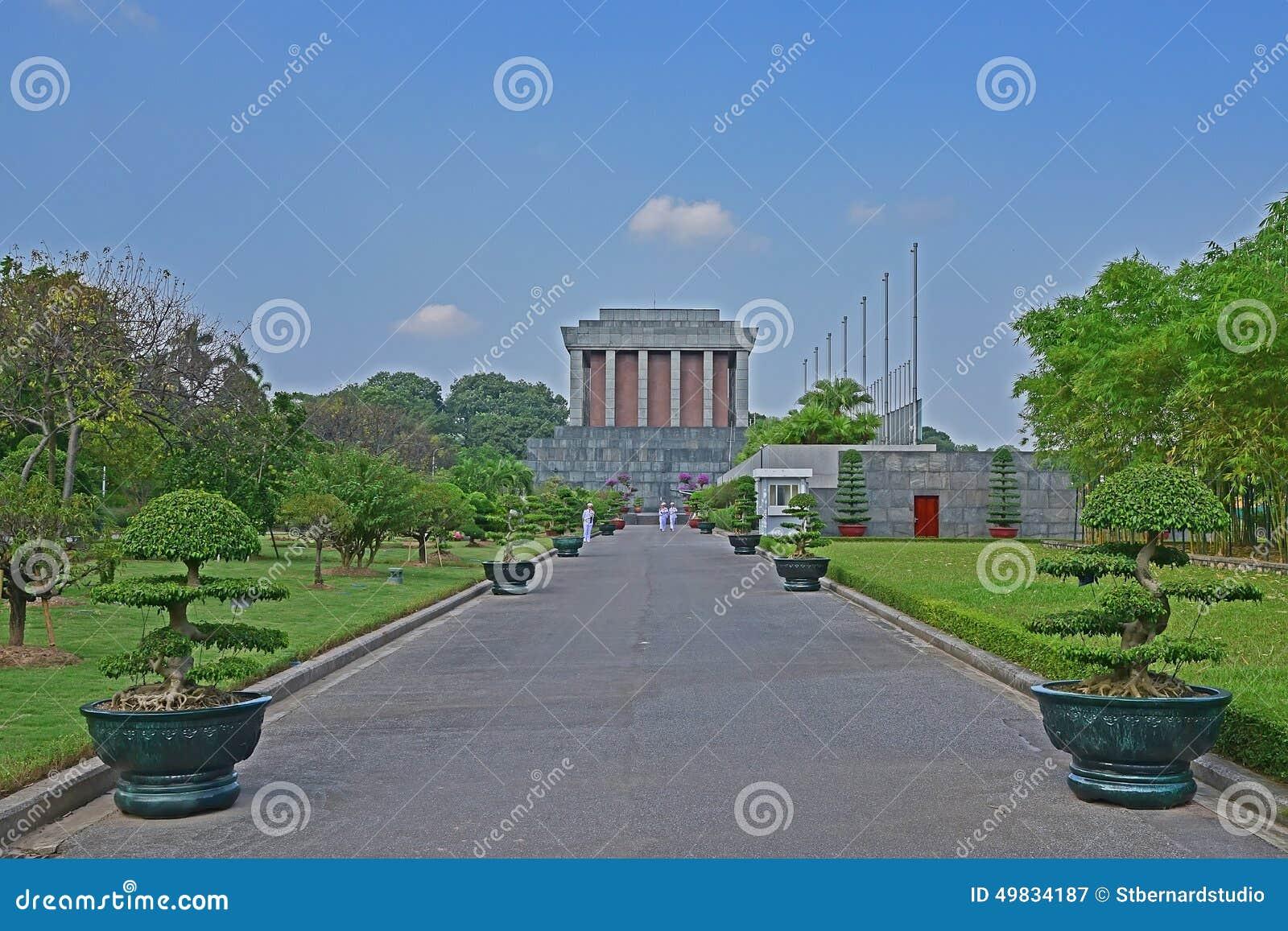 Ho Chi Minh Mausoleum em Hanoi Vietname com os soldados que marcham no caminho