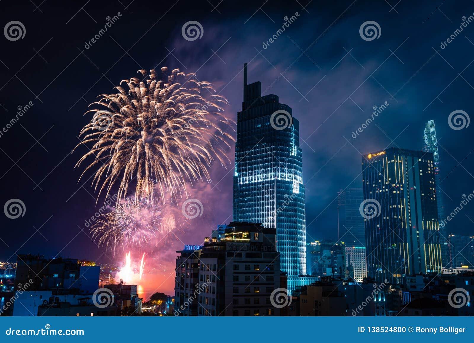 Ho Chi Minh miasto, Wietnam, Luty 4, 2019: Księżycowy nowego roku świętowanie Linia horyzontu z fajerwerkami zaświeca w górę nieb