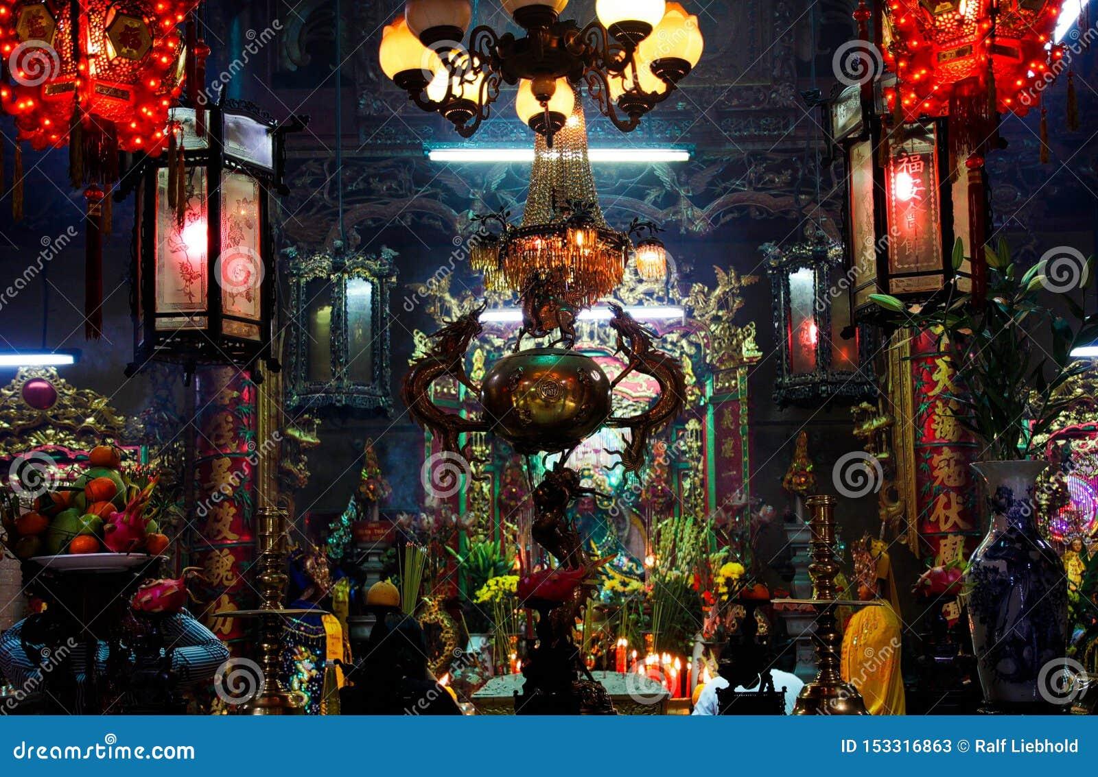 HO CHI MINH miasto WIETNAM, STYCZEŃ, - 5 2015: Widok na ołtarzu wśrodku kolorowej rozjarzonej buddyjskiej chińskiej świątynnej os