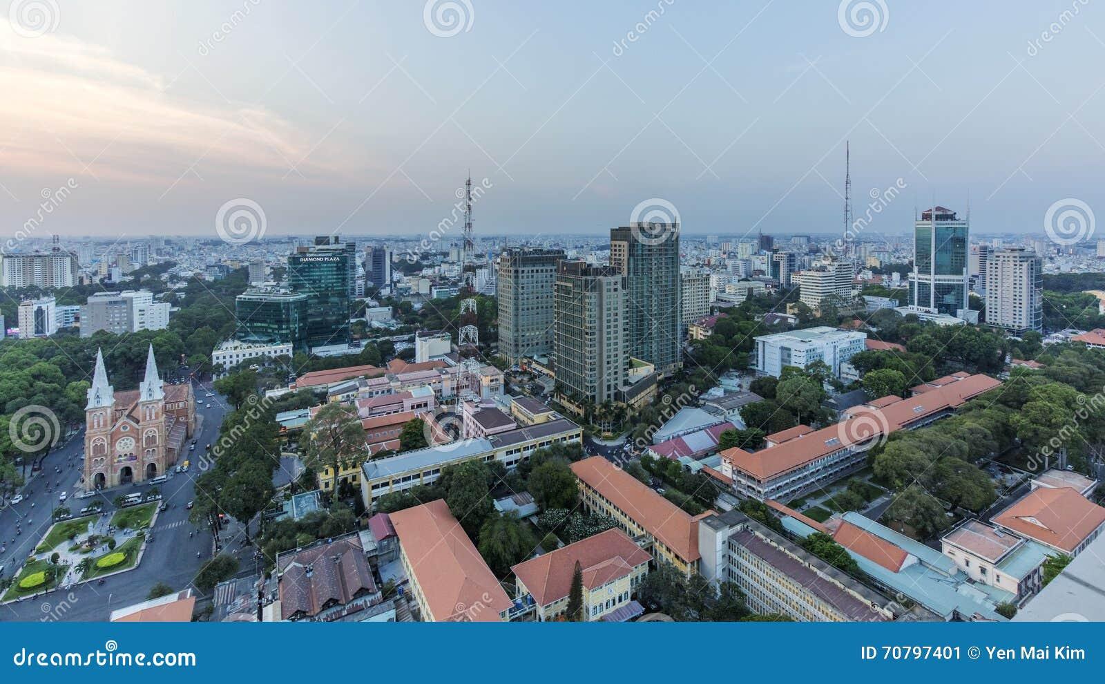 Ho Chi Minh stadssikt från överkant av byggnad