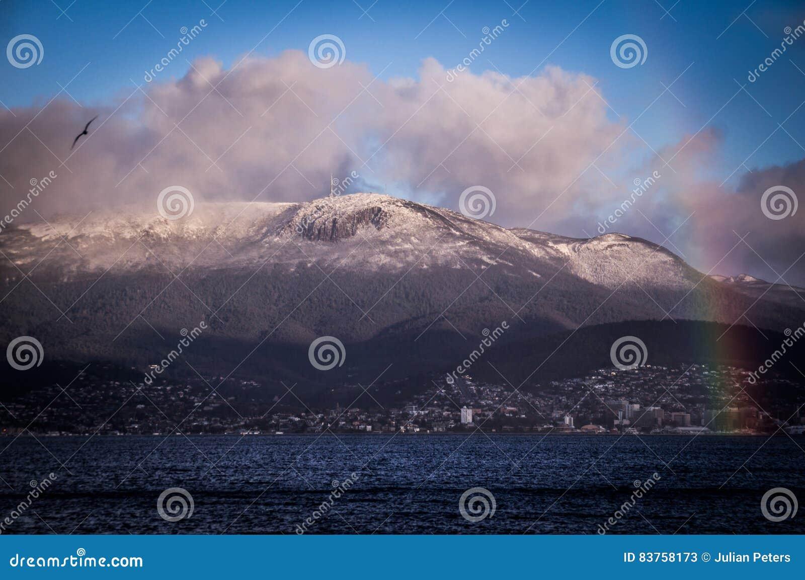 Hobart, Tasmanien mit Regenbogen und schneebedeckter Mt Wellington im Hintergrund