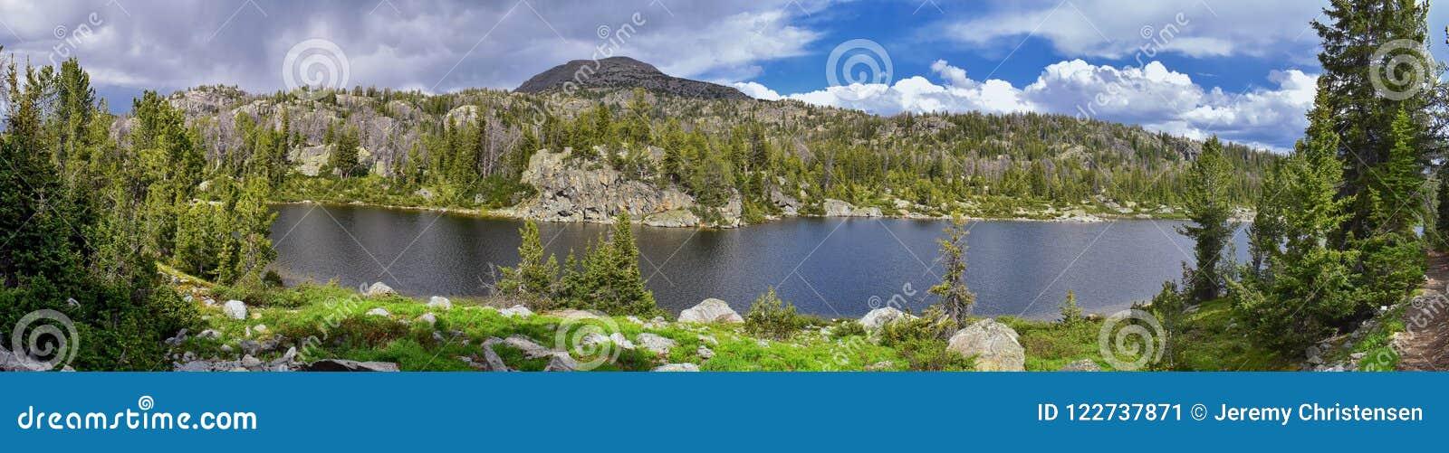 Hobbs sjö i det Wind River området, Rocky Mountains, Wyoming, sikter från fotvandring som fotvandrar slingan till den Titcomb han