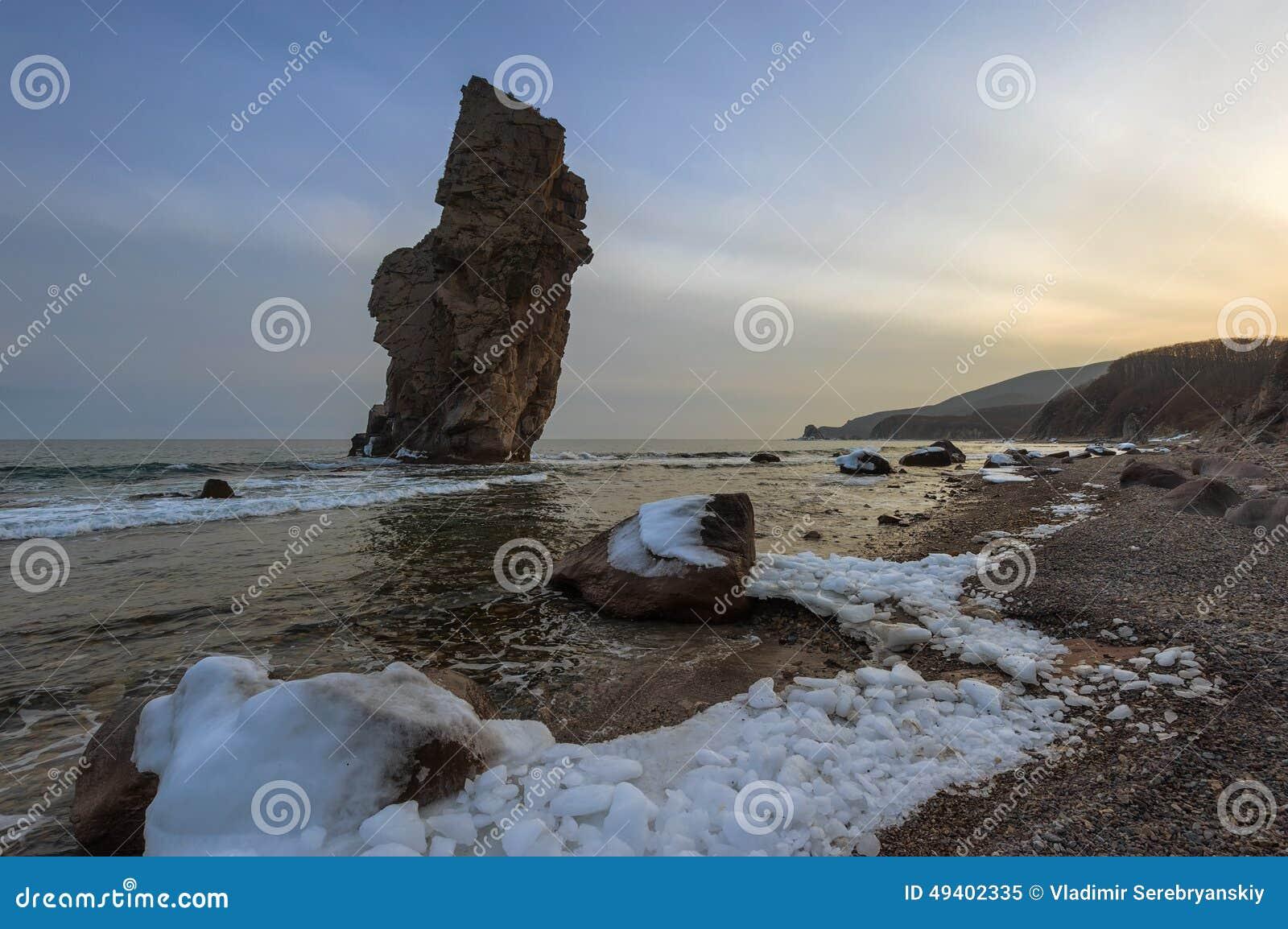 Download Hoch, Ein Einziger Felsen Auf Der Küste Stockbild - Bild von landschaft, horizontal: 49402335