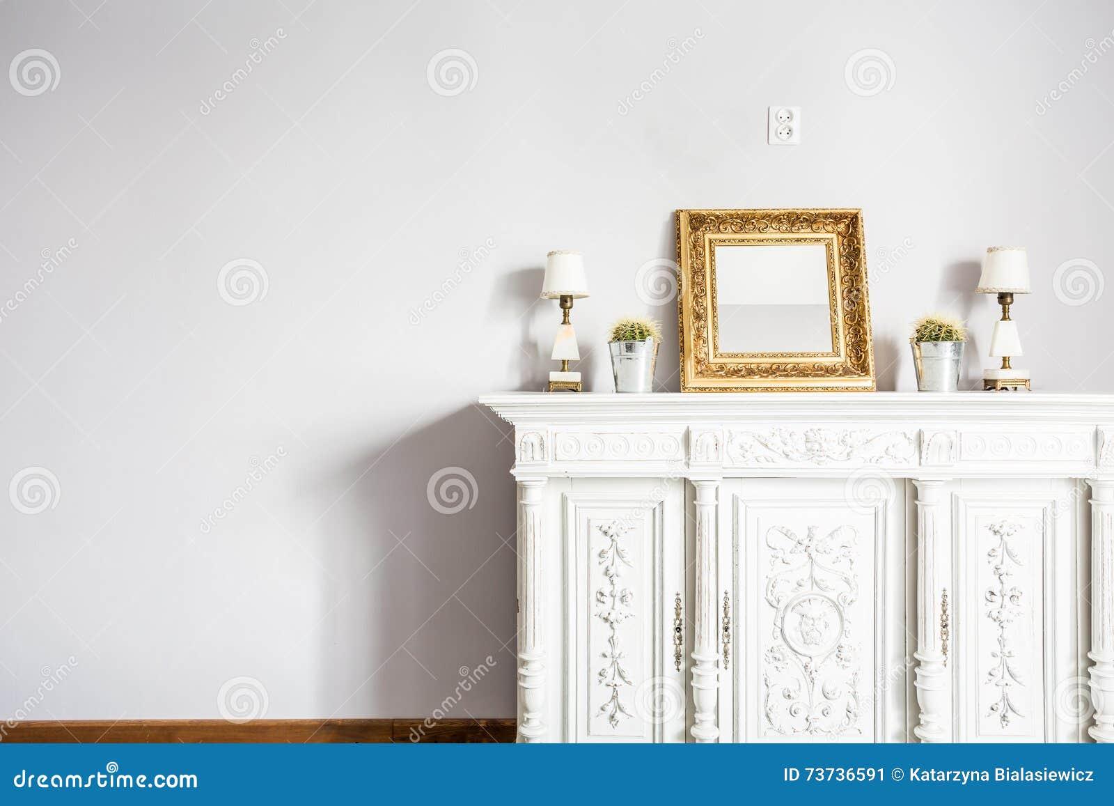 Hoch entwickelte Schönheit des antiken Möbelstücks