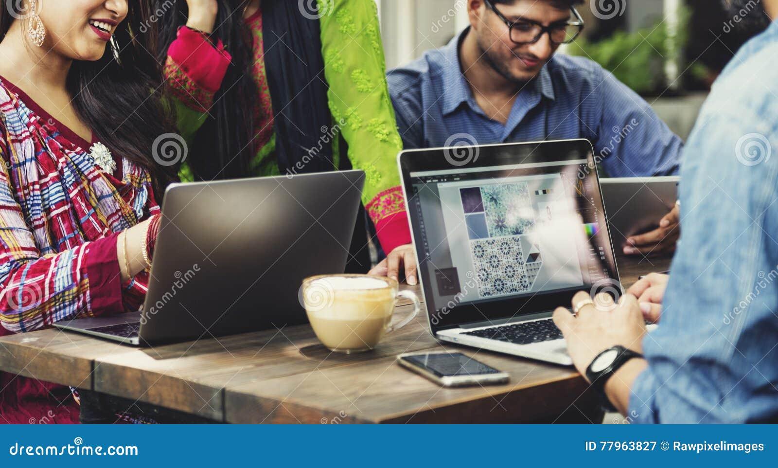 Hochschulstudent-Teamwork-Technologie-Konzept