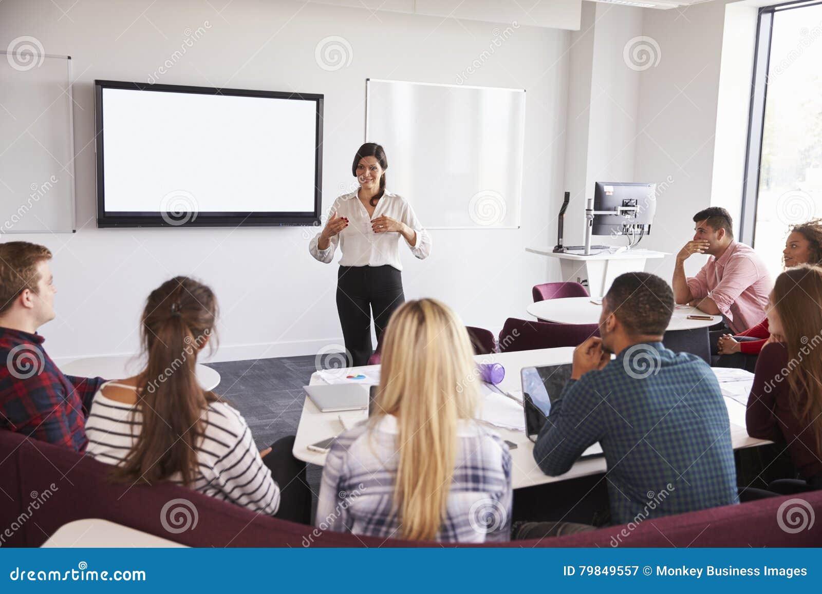 Hochschulstudenten, die auf dem Campus Vortrag besuchen