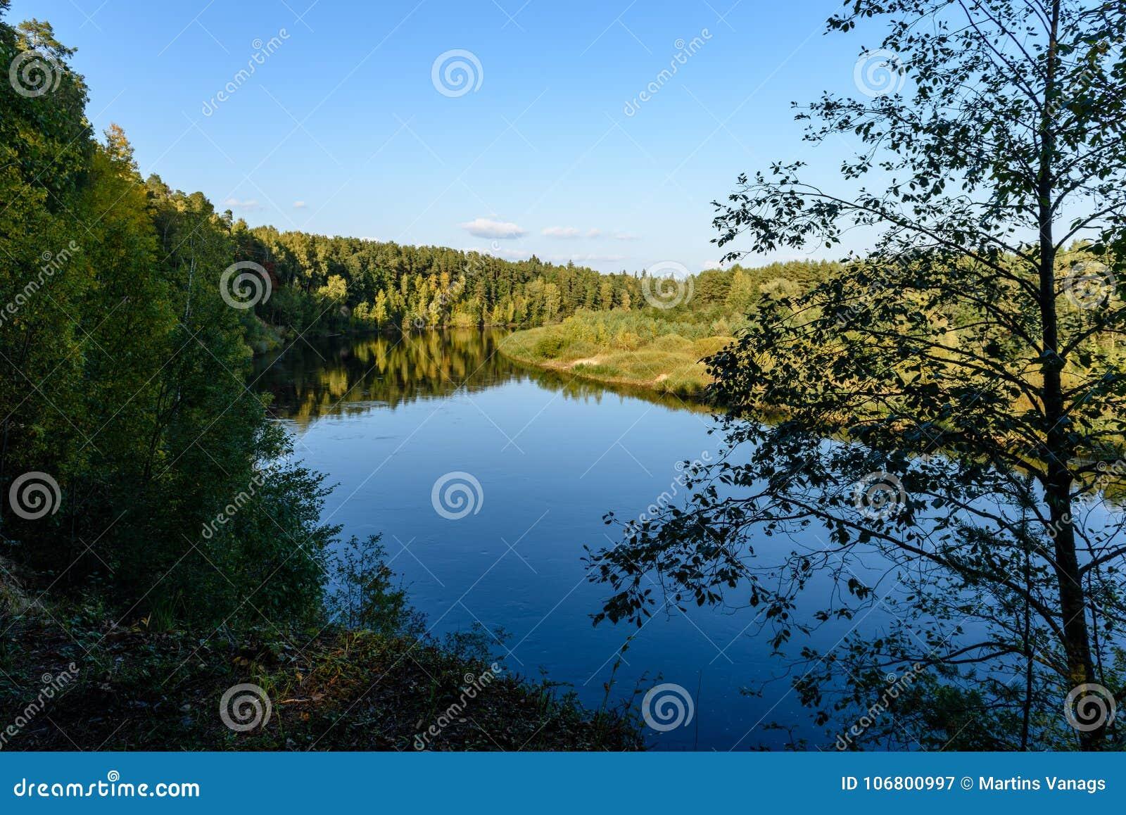Download Hochwasserniveau Im Fluss Gauja, Nahe Valmiera-Stadt In Lettland S Stockbild - Bild von remains, kreuz: 106800997