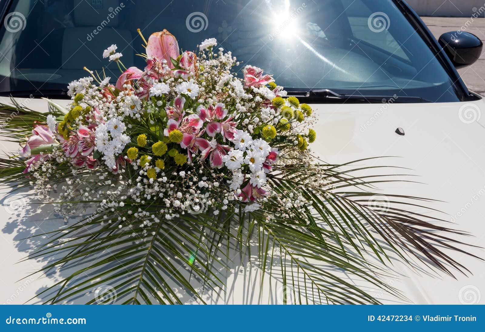 Hochzeit Cortege, liefert den Bräutigam und die Braut an die Hochzeitssite