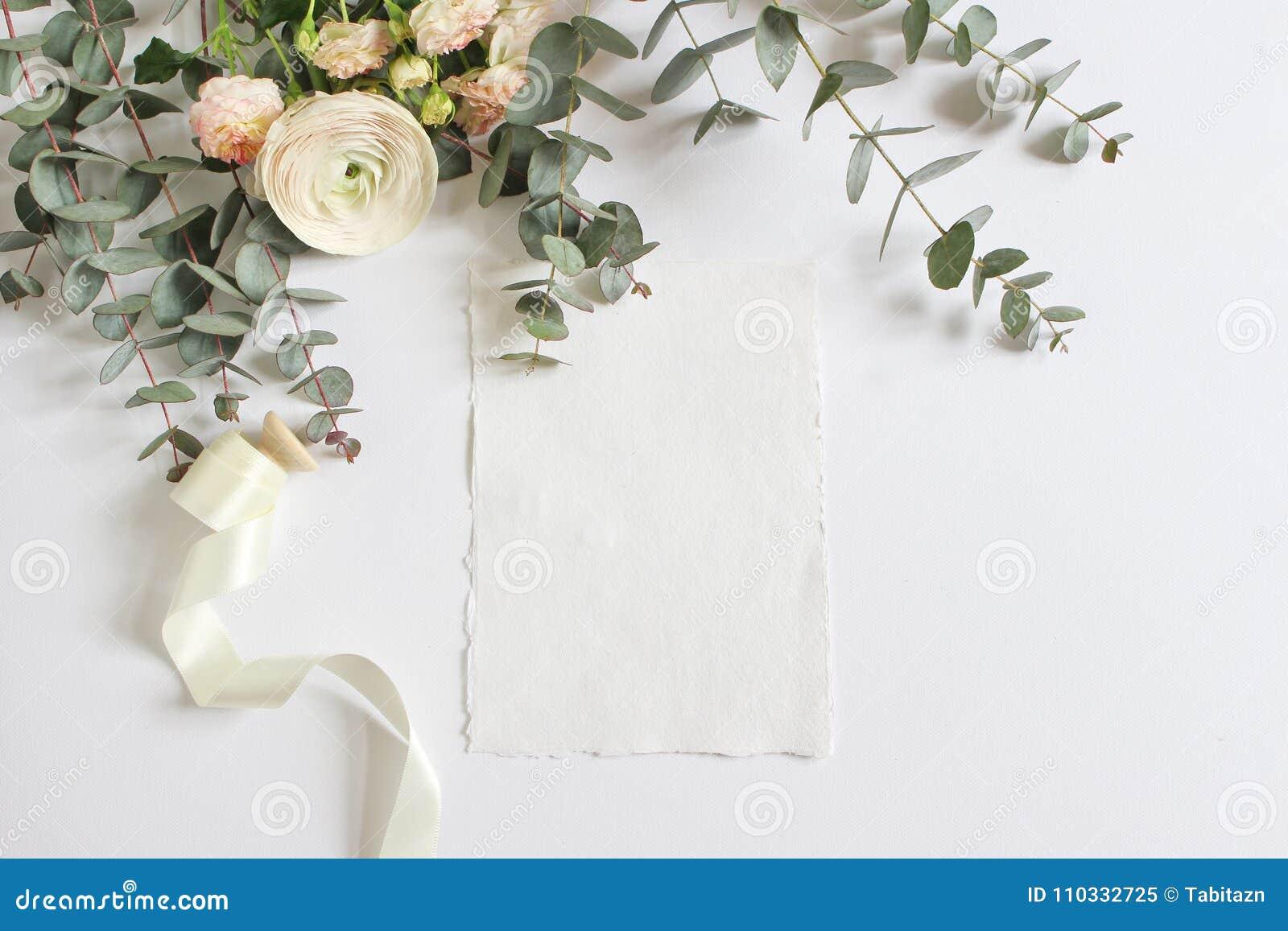 Hochzeit, Geburtstagsmodellszene mit Blumenstrauß der persischen Butterblume, Ranunculusblume, rosa Rosen, Eukalyptus