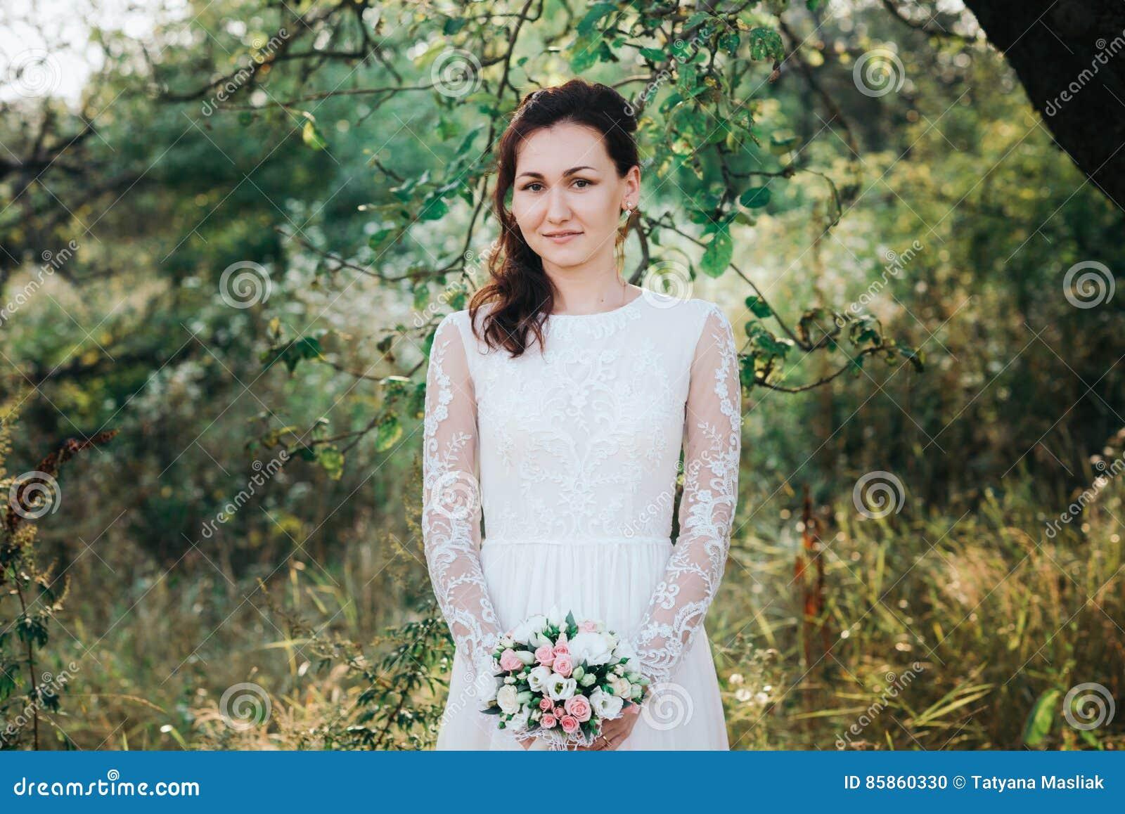 Hochzeit Junge Schone Braut Mit Der Frisur Und Make Up Die Im