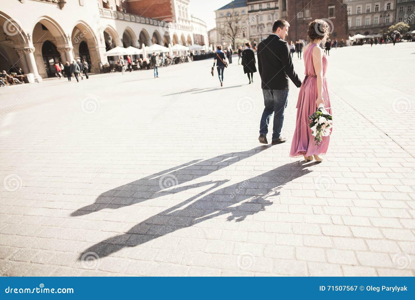 Hochzeit Schöne Paare, Braut Mit Rosa Kleid Gehend In Die Alte Stadt ...