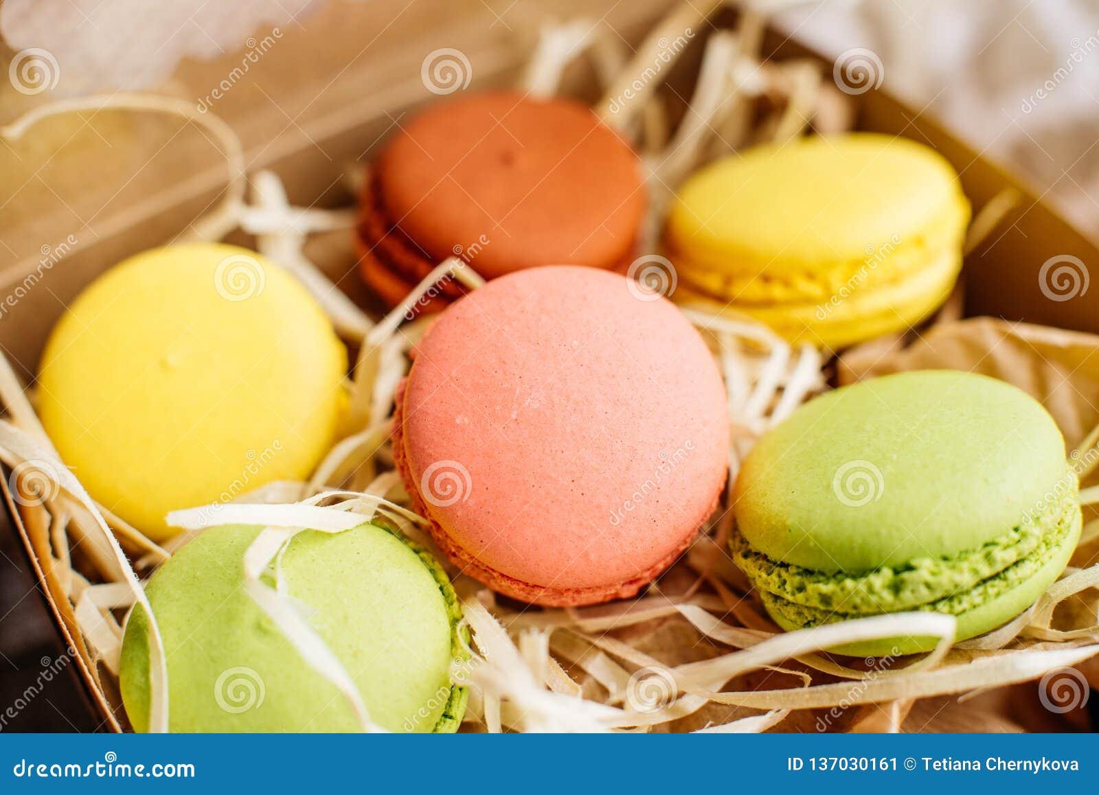 Hochzeit, St.-Valentinstag, Geburtstag, Vorbereitung, Feiertag Schöne rosa geschmackvolle macarons