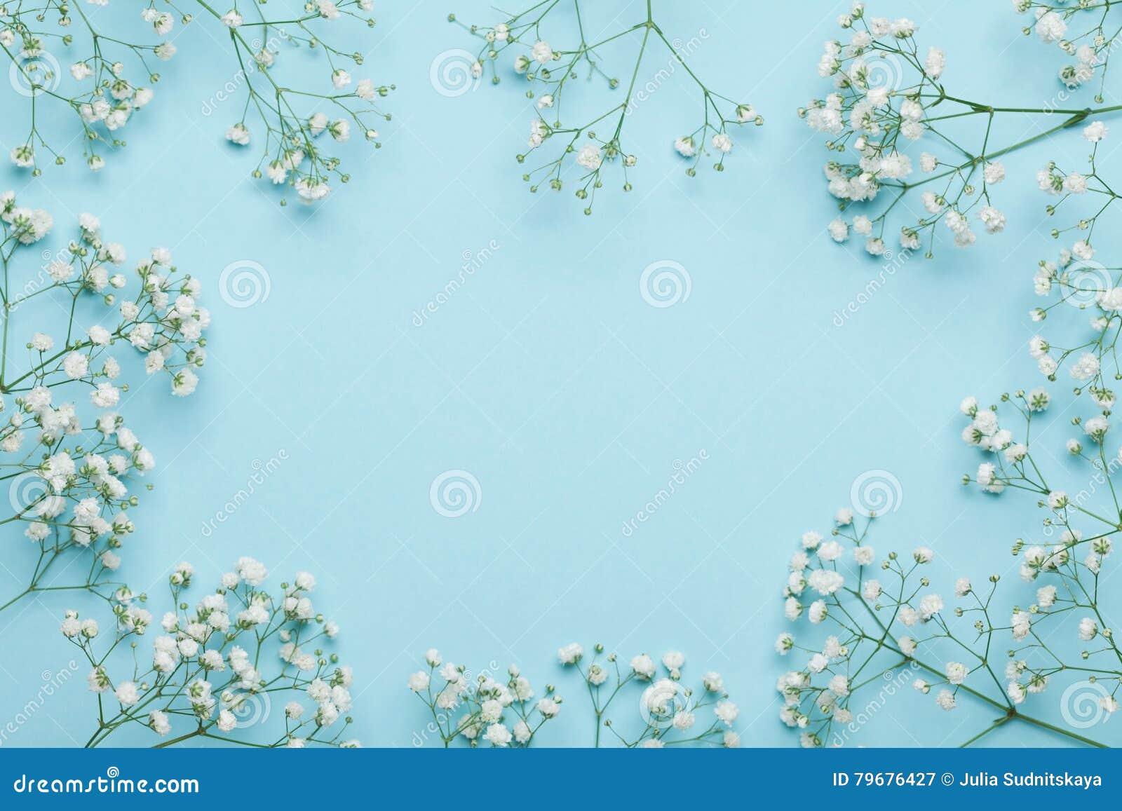 Hochzeitsblumenrahmen auf blauem Hintergrund von oben Schönes Blumenmuster flache Lageart