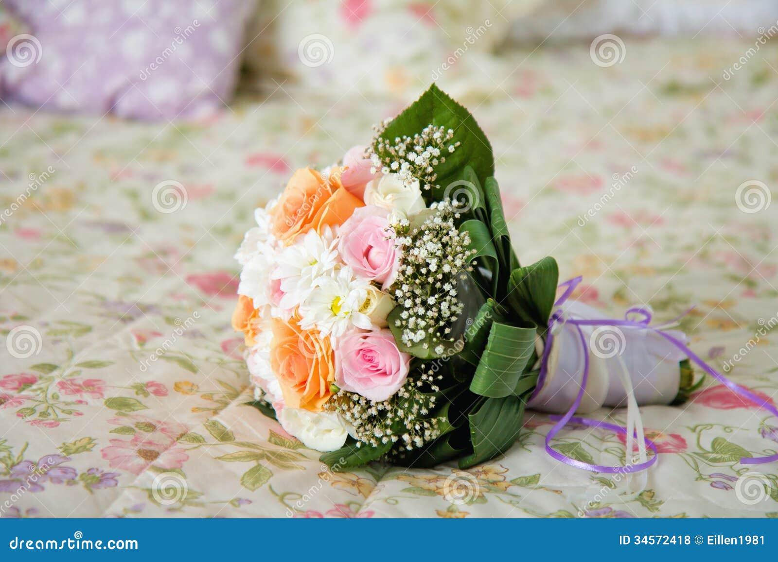 Hochzeitsblumenstrauß auf Bett