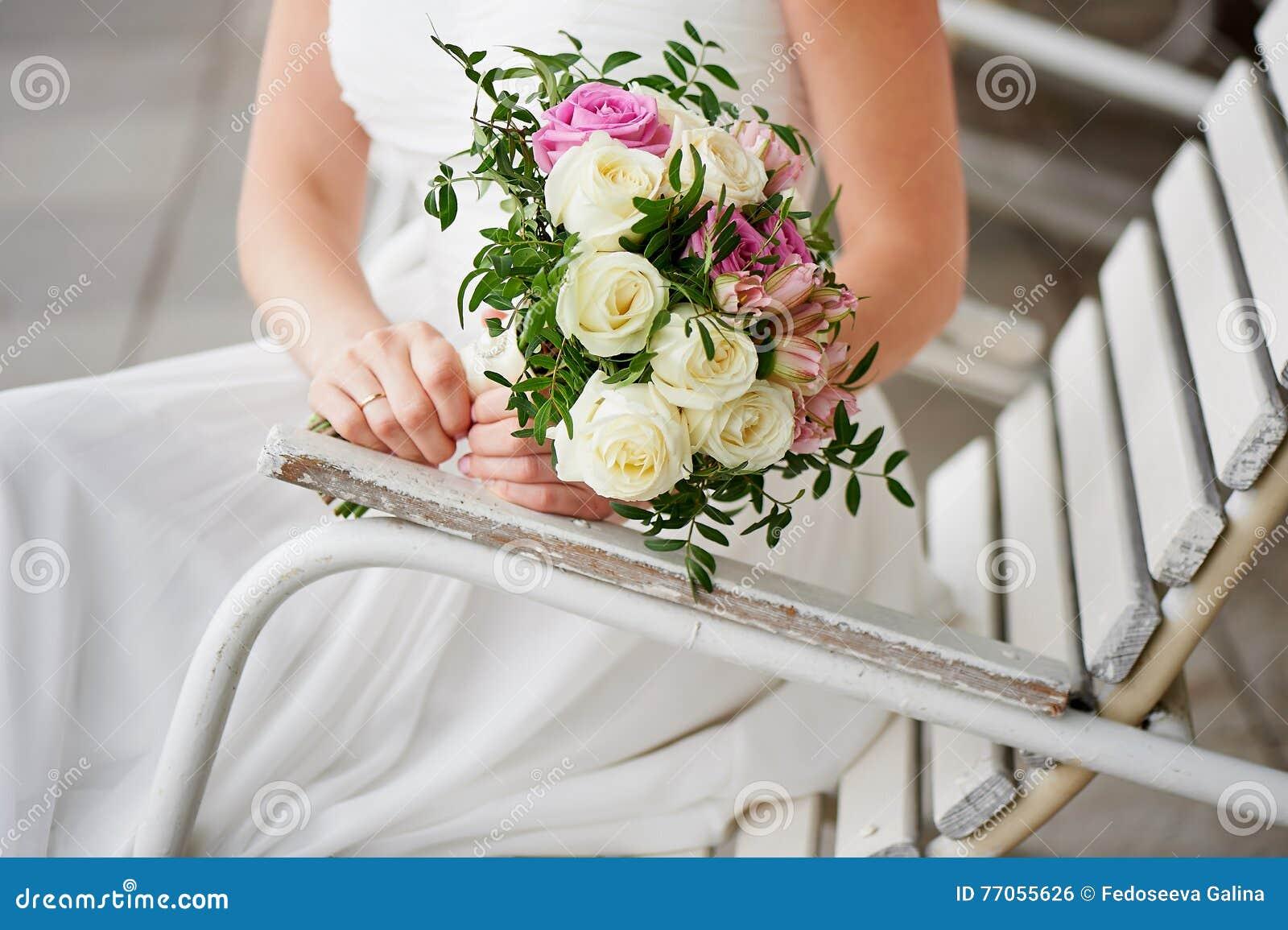 Hochzeitsblumenstrauss In Den Handen Der Braut Empfindliche Farben