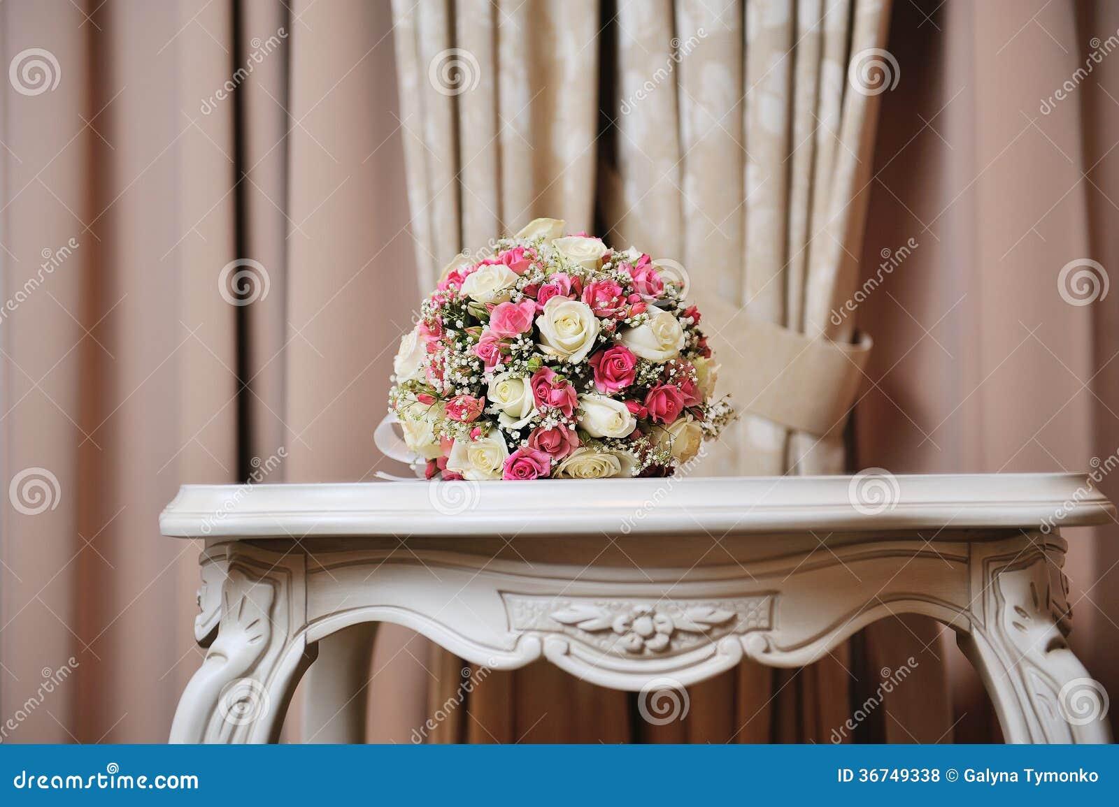 hochzeitsblumenstrau der braut bunte blumen rosa wei e rosen die auf tabelle an der. Black Bedroom Furniture Sets. Home Design Ideas