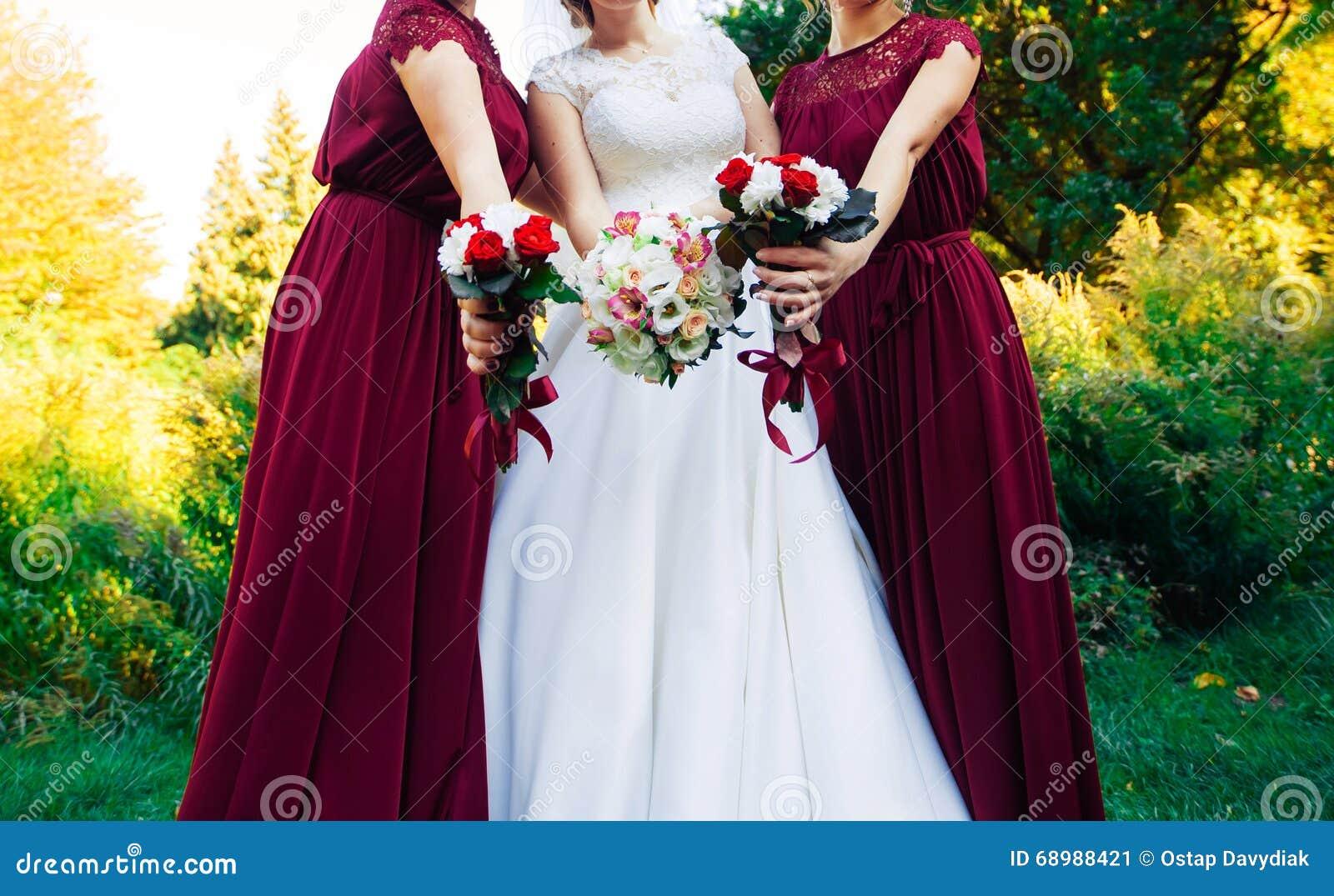 Hochzeitsblumenstrauß einer Braut und der Brautjungfer zwei