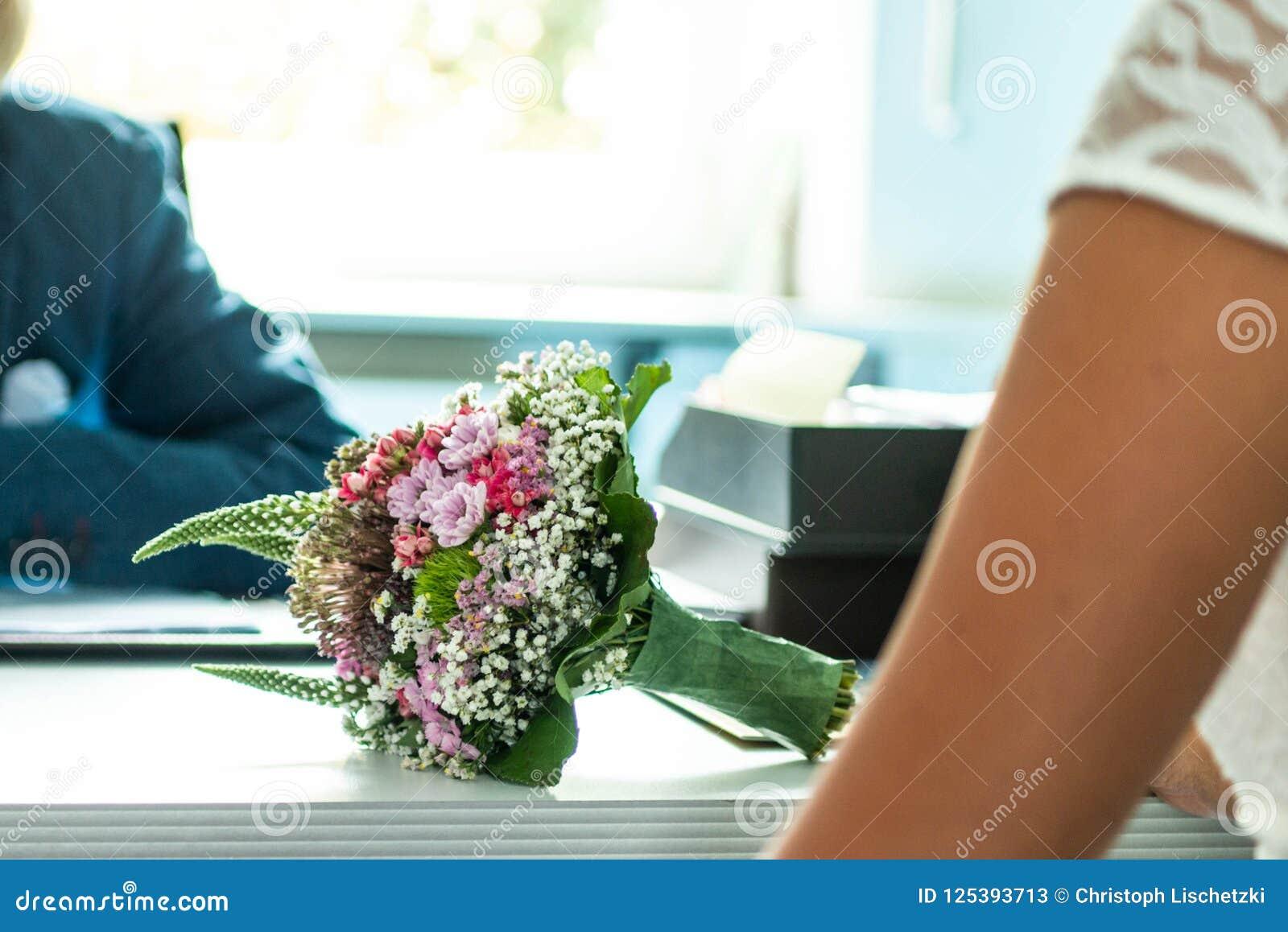 Hochzeitsblumenstrauß von Blumen hielt durch eine Braut Rosa, gelb und grün