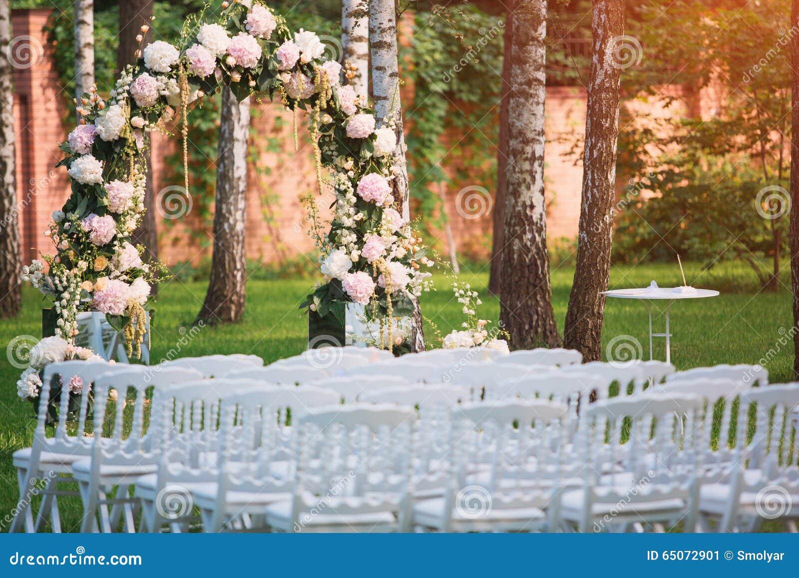 Hochzeitsbogen An Der Hochzeitszeremonie Im Freien Stockbild Bild