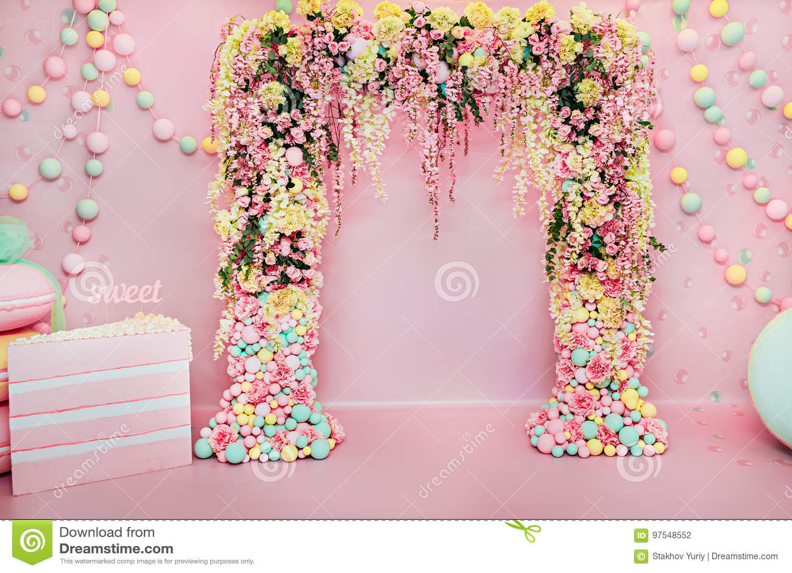 Hochzeitsbogen zuhause Festliche Dekorationen mit Blumen und bunten Ballonen auf rosa Hintergrund