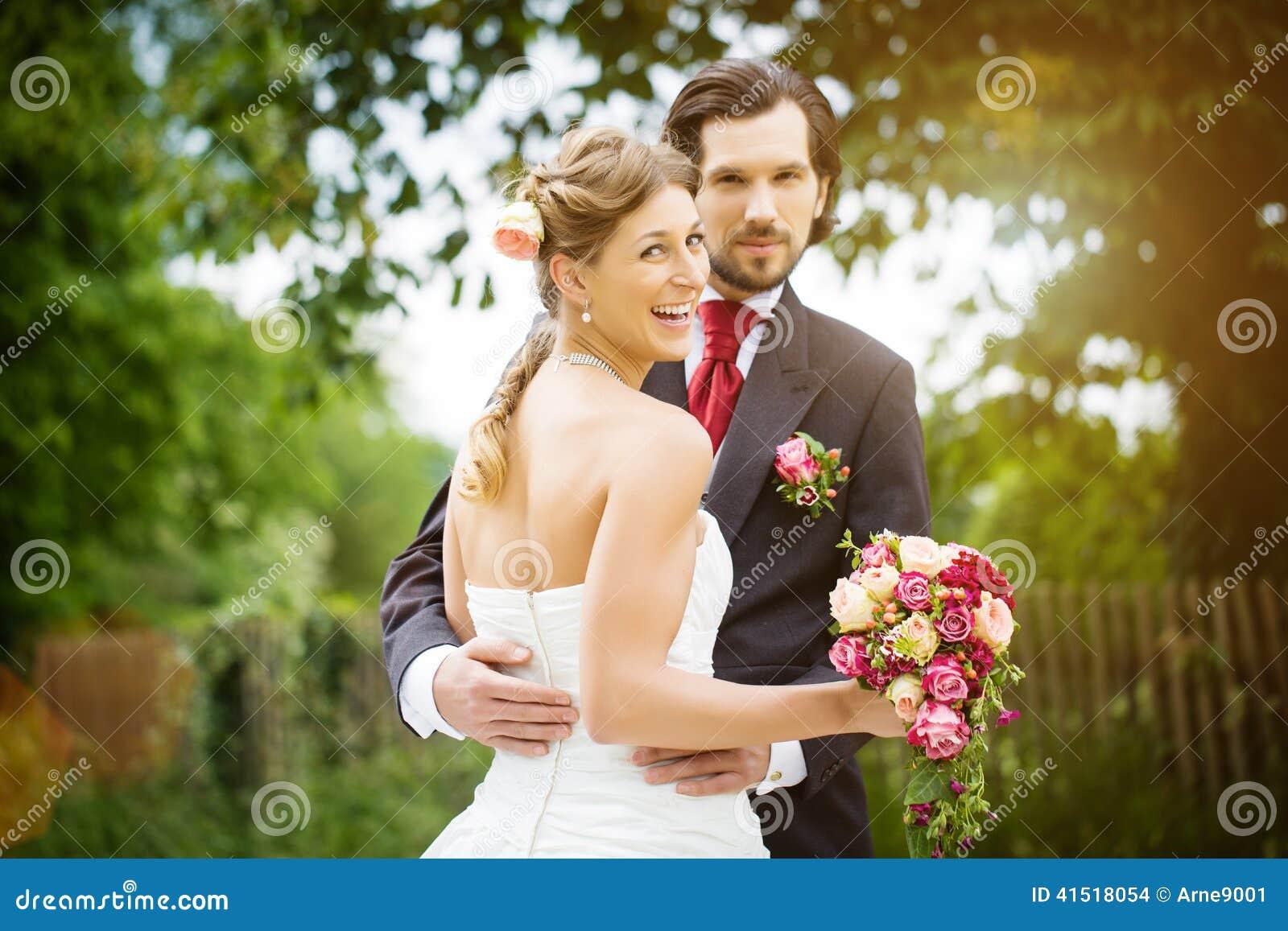 Hochzeitsbraut und -bräutigam in einer Wiese