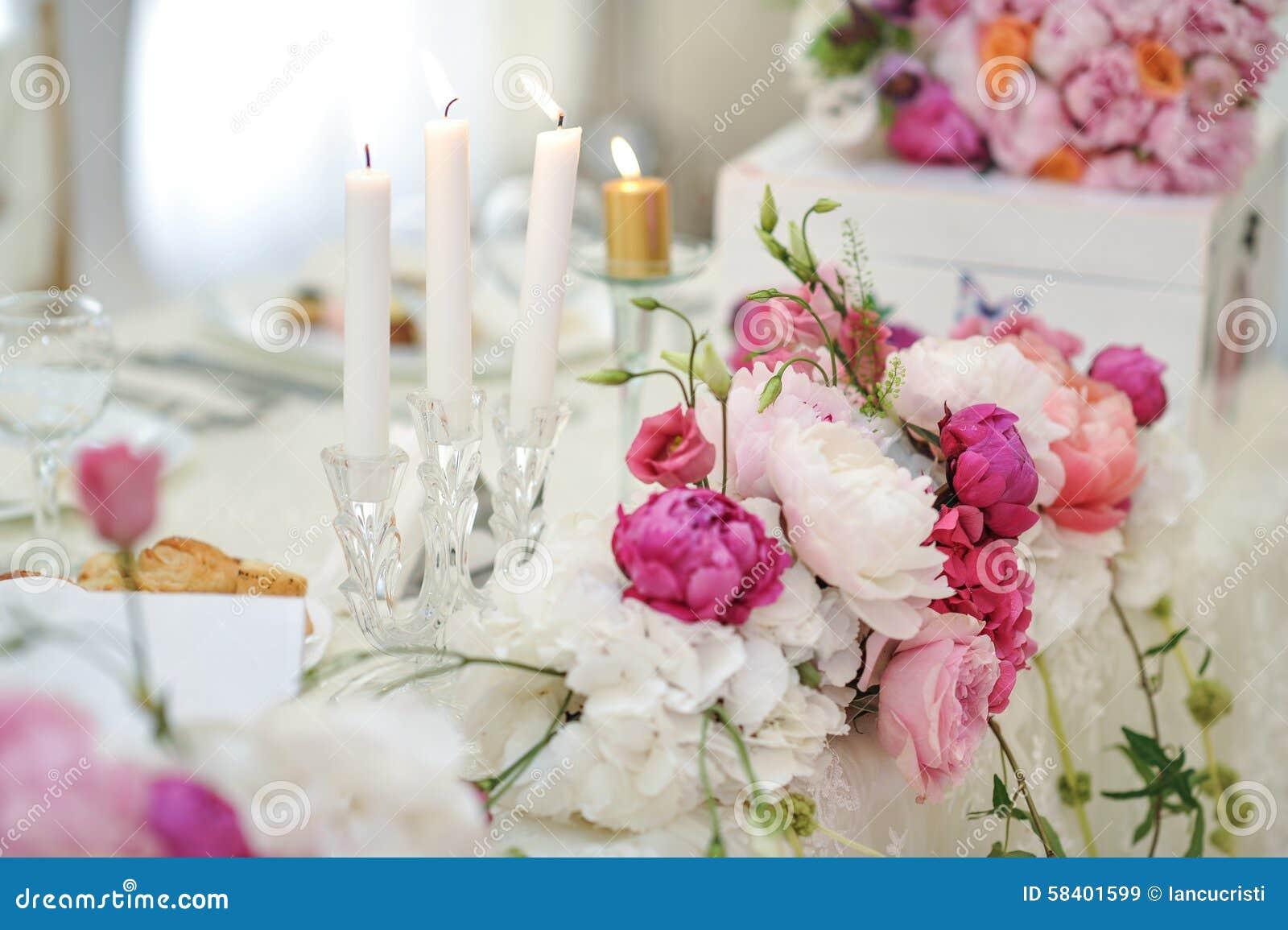 Hochzeitsdekoration Auf Tabelle Blumengestecke Und Dekoration
