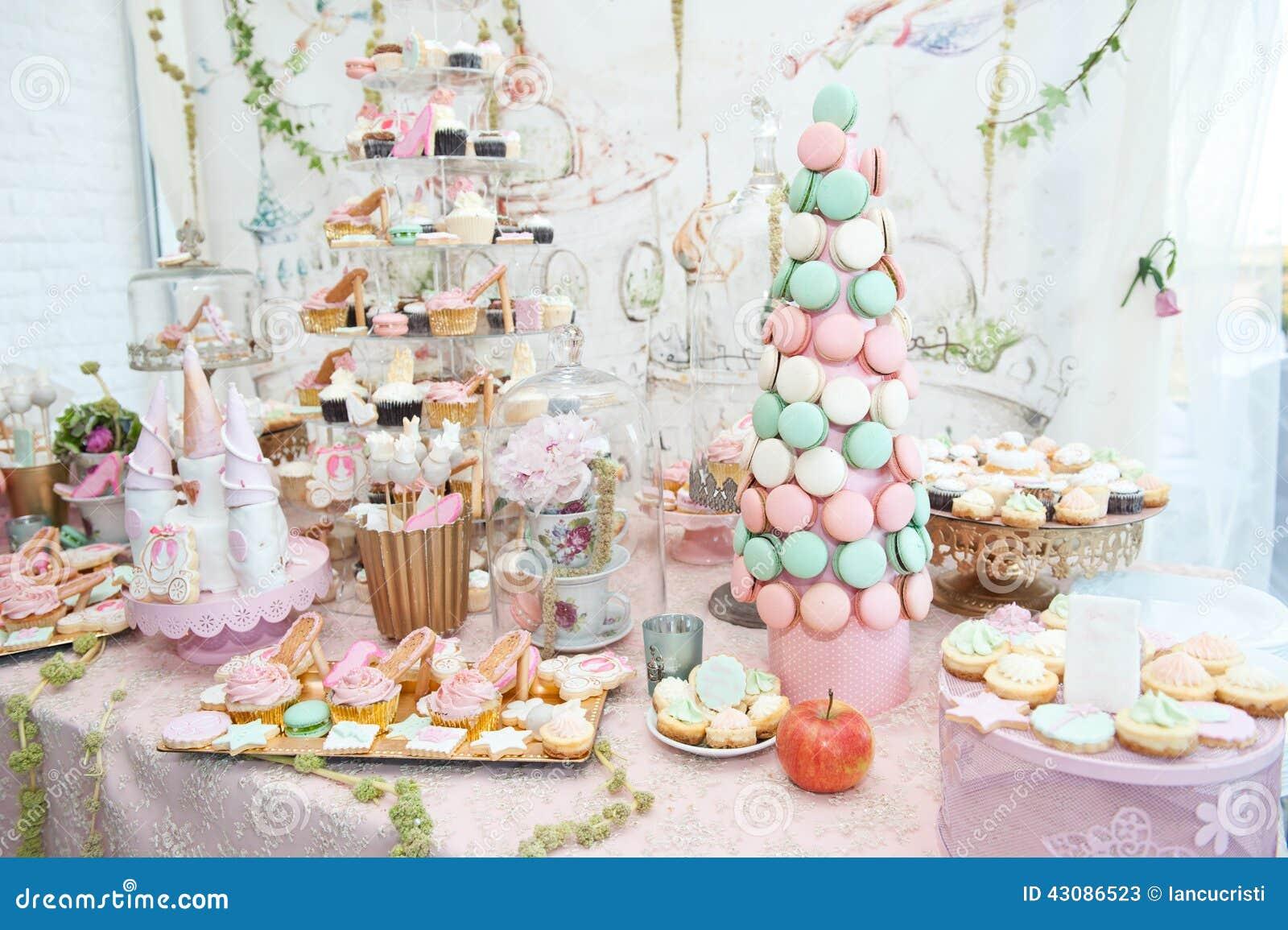 Stockfoto: Hochzeitsdekoration mit Pastell färbte kleine Kuchen ...